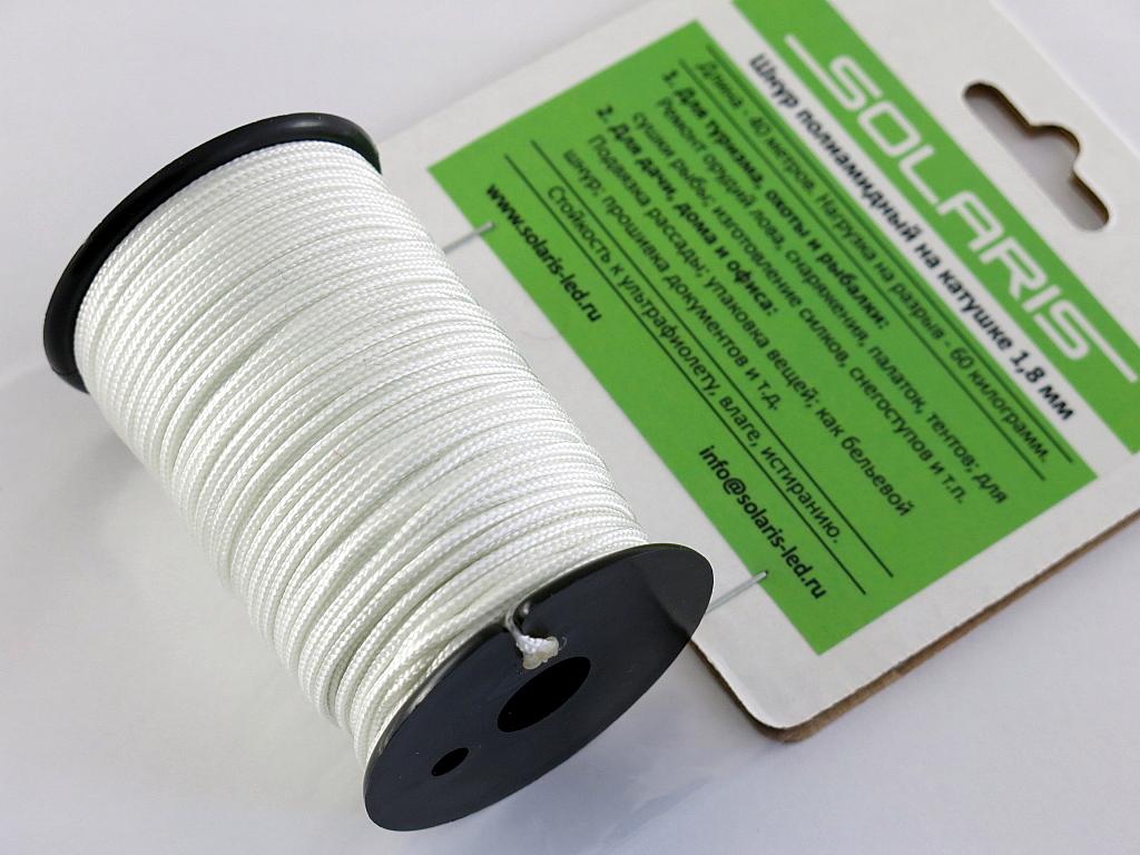 Шнур полиамидный Solaris на катушке, 1,8 мм х 40 м, цвет: белыйS6302wПрочный многоцелевой плетеный шнур из полиамида, выдерживает нагрузку на разрыв 60 кг. Для удобства использования шнур намотан на катушку, на торце катушки есть прорезь для фиксации свободного конца шнура. Диаметр шнура 1,8 мм, длина 40 метров. Свойства и конструкция полиамидного шнура: Стойкость к солнечному излучению (ультрафиолет), влаге, истиранию, воздействию насекомых. Не подвержен гниению и плесени. Диапазон рабочих температур от -60 до +120 °С. Шнур диаметром 1,8 мм состоит из сердечника и двенадцати плотно сплетенных прядей. Благодаря такой надежной конструкции шнур не расплетается при повреждении одной или даже нескольких прядей. Сферы применения полиамидного шнура: - Туризм, рыбалка, охота: Ремонт орудий лова, палаток, тентов, туристического снаряжения. Применяется для оснастки лодок, развешивания рыбы для сушки. Изготовление силков, снегоступов и т.п. - Дачное и домашнее хозяйство, для офиса: Подвязывание рассады,...