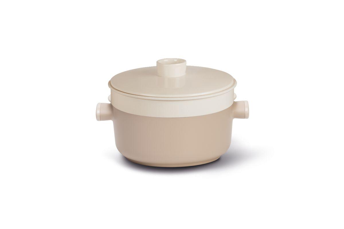 Кастрюля TVS Tea, с крышкой. Диаметр 24 см20864240010001Высококачественное антипригарное покрытие Toptek от TVS, особо устойчивое к царапинам и истиранию. Корпус из толстого алюминия для наилучшей теплопроводности. Подходит для любых плит, за исключением индукционных. Противоскользящее дно. Высокая надежность во время приготовления: Tea обеспечивает стабильность при работе с любыми традиционными источниками тепла.Уникальный и эксклюзивный дизайн, который подчеркивается особым сочетанием материалов. Ручки из бакелита, обеспечивающие надежный захват и еще более удобное манипулирование. Все антипригарные покрытия TVS не содержат никеля, тяжелых металлов и ПФОА .Гарантия 5 лет. Дизайн от Eikon