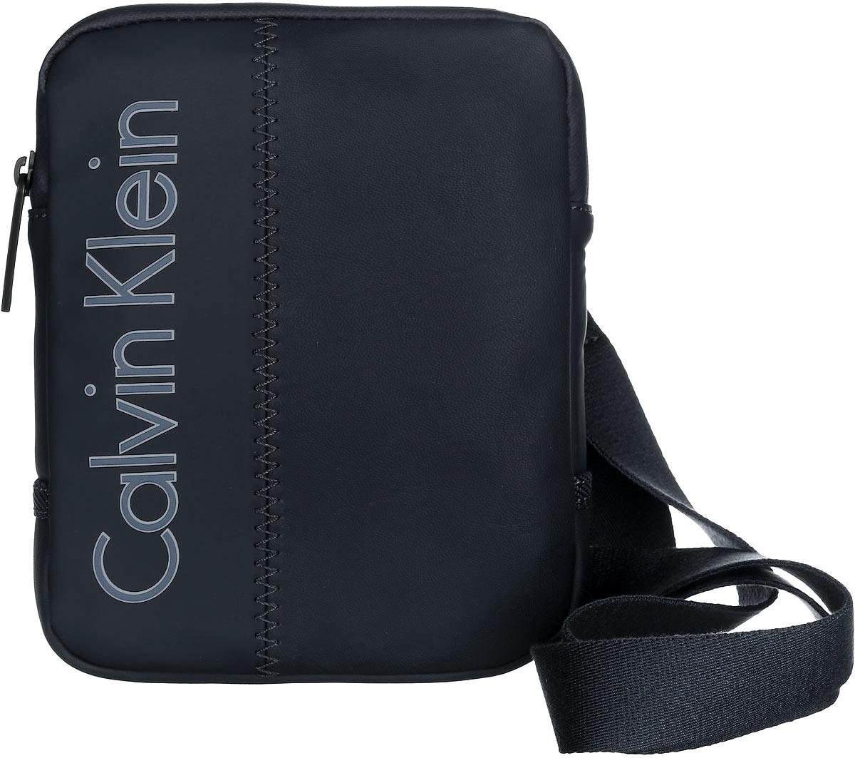 Сумка мужская Calvin Klein Jeans, цвет: черный. K50K501624_0010R0216Т13Стильная сумка Calvin Klein выполнена из полиуретана, оформлена символикой бренда.Изделие содержит одно отделение, которое закрывается на застежку-молнию. Внутри сумки размещен накладной кармашек для мелочей. Сумка оснащена плечевым ремнем регулируемой длины. В комплекте с изделием поставляется чехол для хранения.Модная сумка идеально подчеркнет ваш неповторимый стиль.