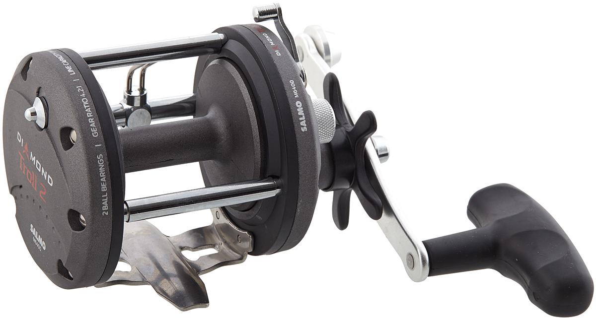 Катушка мультипликаторная Salmo Diamond TROLL 2 M6400, цвет: серый95942-530Мощная качественная мультипликаторная катушка предназначена для троллинга, ловли в заброс и в отвес крупными приманками, а также на донные снасти. Для заброса шпуля отключается переключением рычага. Силовой механизм автоматически включается поворотом рукоятки катушки. Во избежание образования бороды при забросе, в катушке есть механический тормоз. Все усиленные подшипники катушки изготовлены из нержавеющей стали. Катушка имеет механизм равномерной укладки лески на карбопластовую шпулю проволочным лесоукладывателем. При выполнении заброса, лесоукладыватель не отключается и следует за леской, что не снижает дальность заброса. Обратный ход шпули ограничивается надежным храповым механизмом. - 2 подшипника шариковых усиленных из нержавеющей стали - Трещотка механическая включаемая - Фрикционный тормоз STAR DRAG - Корпус карбопластовый - Шпуля пластиковая (графитовая) - Лесоукладователь с бесконечным винтом - Рукоятка: - сбалансированная - Ручка эргономичная из резины