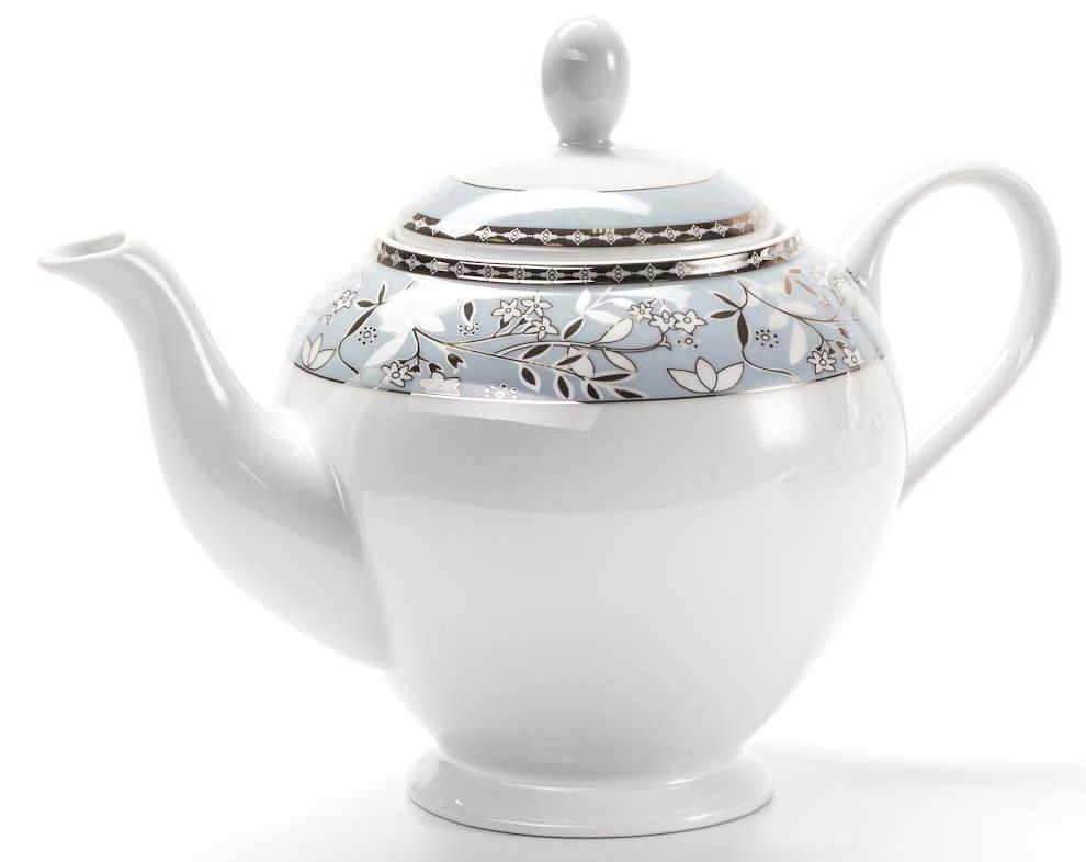 Чайник заварочный La Rose des Sables Classe, 1,2 л643112 1596Заварочный чайник La Rose des Sables Classe выполнен из высококачественного тунисского фарфора, изготовленного из уникальной белой глины. На всех изделиях La Rose des Sables можно увидеть маркировку Pate de Limoges. Это означает, что сырье для изготовления фарфора добывают во французской провинции Лимож, и качество соответствует высоким европейским стандартам. Все производство расположено в Тунисе. Особые свойства этой глины, открытые еще в 18 веке, позволяют создать удивительно тонкую, легкую и при этом прочную посуду. Благодаря двойному термическому обжигу фарфор обладает высокой ударопрочностью, стойкостью к сколам и трещинам, жаропрочностью и великолепным блеском глазури. Коллекция CLASSE - это изысканная классика, дополненная нежным и утонченным декором. Изящный цветочный рисунок с позолоченной отделкой на голубом орнаменте выглядит необычайно привлекательно. Прекрасный вариант для праздничной и особенной сервировки стола. Не рекомендуется использовать в...