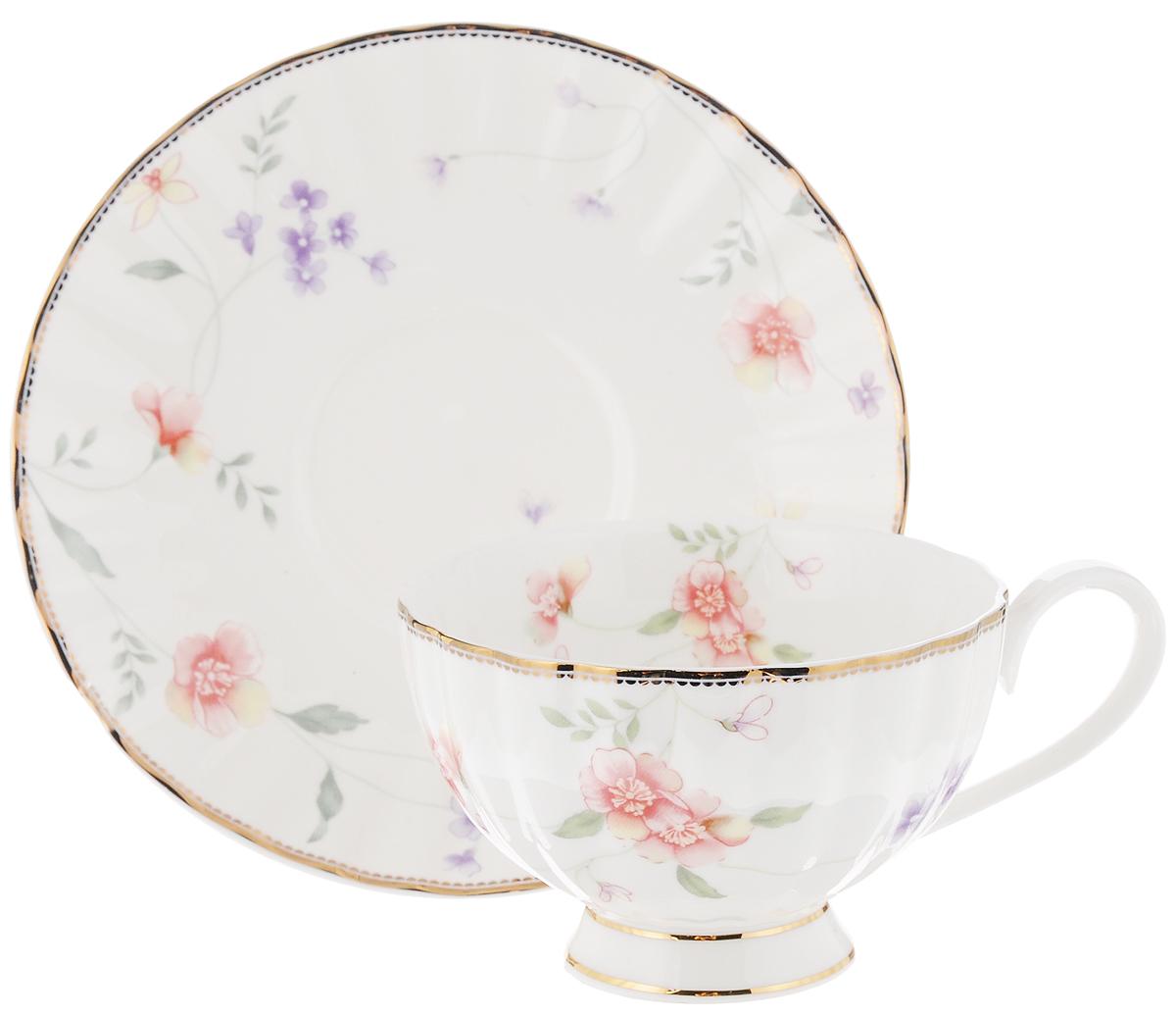 Чайная пара Флер, 2 предметаC2-CS-3701ALЧайный набор Флер, выполненный из высококачественного костяного фарфора, состоит из чашки и блюдца. Изделия выполнены в цветочном дизайне и декорированы золотистым ободком. Чайная пара - идеальный подарок для вашего дома и для ваших друзей в праздники, юбилеи и торжества. Она также станет отличным украшением любой кухни. Набор упакован в подарочную коробку. Объем чашки: 210 мл Диаметр чашки по верхнему краю: 9,7 см Высота чашки: 6 см Диаметр блюдца: 15,5 см Высота блюдца: 2 см.