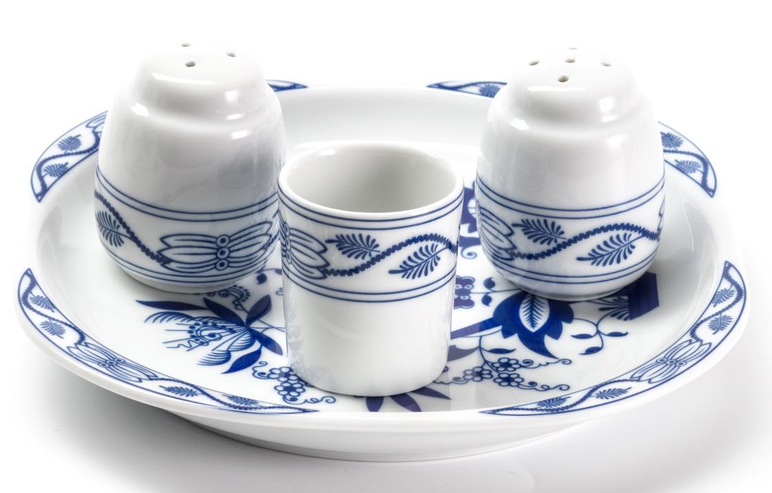 Набор для специй La Rose des Sables Ognion Bleu, 4 предметаVT-1520(SR)Набор для специй La Rose des Sables Ognion Bleu состоит из емкости для соли, емкости для перца, стаканчика для зубочисток и подставки. Изделия выполнены из высококачественного тунисского фарфора, изготовленного из уникальной белой глины. На всех изделиях La Rose des Sables можно увидеть маркировку Pate de Limoges. Это означает, что сырье для изготовления фарфора добывают во французской провинции Лимож, и качество соответствует высоким европейским стандартам. Все производство расположено в Тунисе. Особые свойства этой глины, открытые еще в 18 веке, позволяют создать удивительно тонкую, легкую и при этом прочную посуду. Благодаря двойному термическому обжигу фарфор обладает высокой ударопрочностью, жаропрочностью и великолепным блеском глазури. Коллекция Ognion Bleu (Синий лук) - это мотивы природы и изящный растительный орнамент в ярких синих тонах. Прекрасный вариант посуды на каждый день. Коллекция отлично смотрится в любом интерьере. Можно использовать в СВЧ печи и мыть в посудомоечной машине.