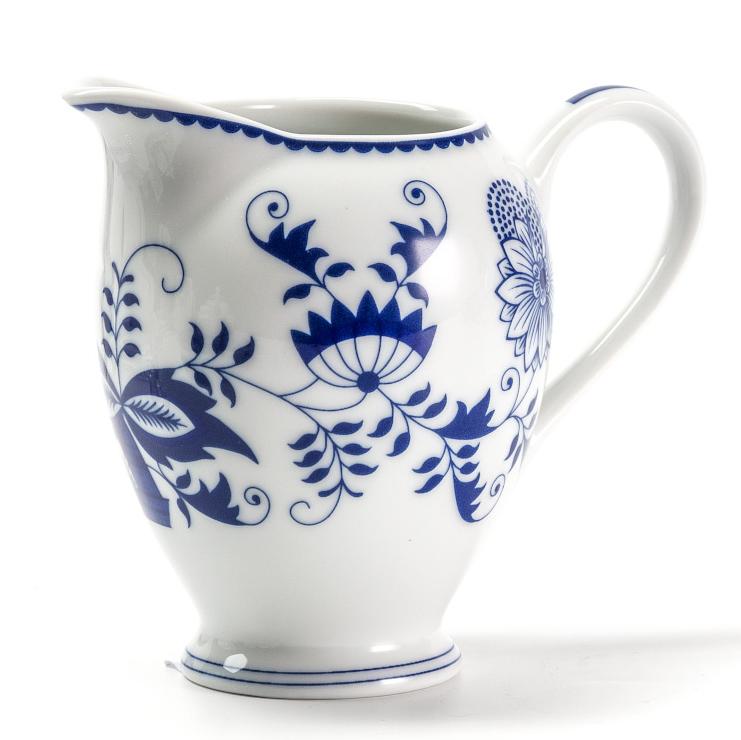 Сливочник La Rose des Sables Ognion Bleu, 240 мл115510Сливочник La Rose des Sables Ognion Bleu выполнен из высококачественного тунисского фарфора, изготовленного из уникальной белой глины. На всех изделиях La Rose des Sables можно увидеть маркировку Pate de Limoges. Это означает, что сырье для изготовления фарфора добывают во французской провинции Лимож, и качество соответствует высоким европейским стандартам. Все производство расположено в Тунисе. Особые свойства этой глины, открытые еще в 18 веке, позволяют создать удивительно тонкую, легкую и при этом прочную посуду. Благодаря двойному термическому обжигу фарфор обладает высокой ударопрочностью, жаропрочностью и великолепным блеском глазури. Коллекция Ognion Bleu (Синий лук) - это мотивы природы и изящный растительный орнамент в ярких синих тонах. Прекрасный вариант посуды на каждый день. Коллекция отлично смотрится в любом интерьере. Можно использовать в СВЧ печи и мыть в посудомоечной машине.