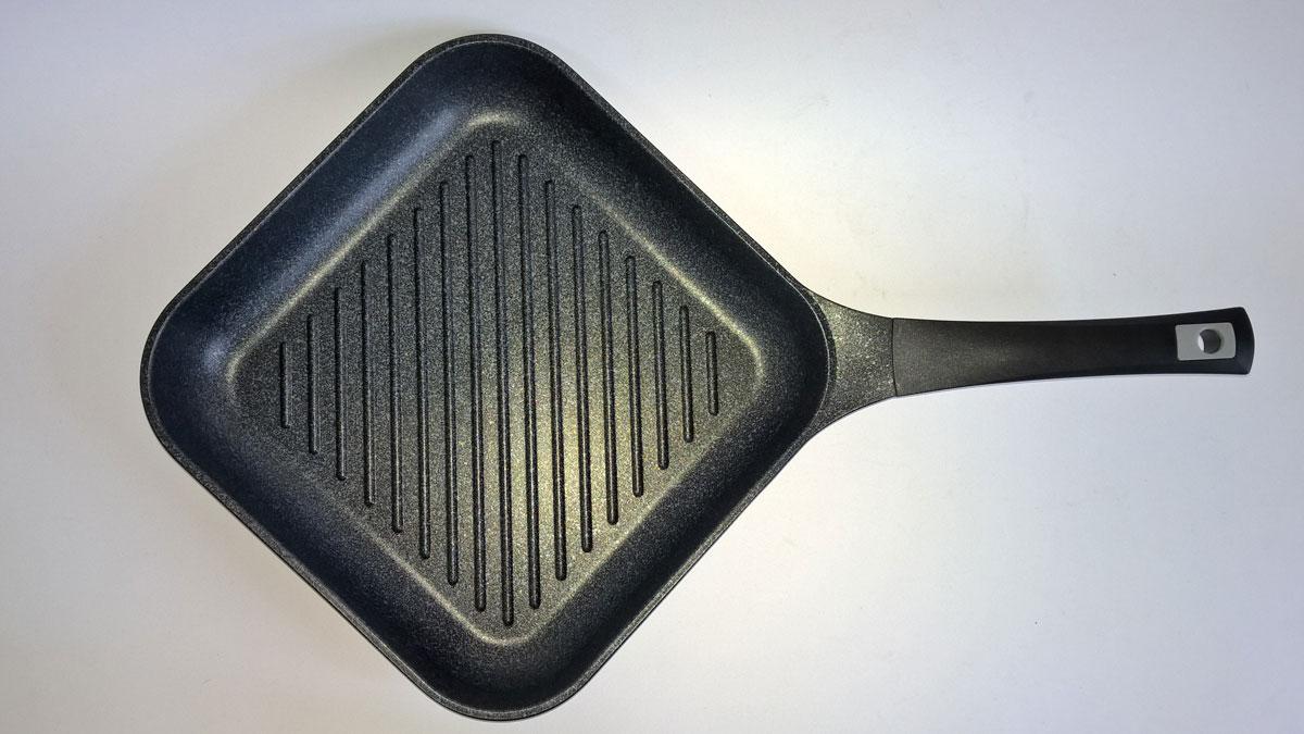 Сковорода-гриль MarTiNa, с мраморным покрытием, 28 х 28 смQAВ28Сковорода-гриль Steel Way MarTiNa выполнена из литого алюминия с утолщенным дном и оснащена удобной пластиковой ручкой. Благодаря внешнему и внутреннему пятислойному мраморному покрытию, пища не пригорает и не прилипает к стенкам. Готовить можно с минимальным количеством масла и жиров. Гладкая поверхность обеспечивает легкость ухода за посудой. Посуда равномерно распределяет тепло и обладает высокой устойчивостью к деформации, практичная в эксплуатации. Рифленая поверхность сковороды MarTiNa имитирует решетки гриля и образует аппетитную корочку, при этом жир стекает в желобки, не давая продуктам контактировать с ним, что обеспечивает приготовление здоровой пищи. Сковорода-гриль также подходит для жарки мяса, рыбы, сыра, овощей и для приготовления и разогрева сэндвичей. Сковорода подходит для использования на газовой, электрической и стеклокерамической плите. Размер (по верхнему краю): 28 х 28 см. Высота стенки: 5 см. Толщина стенки: 3 мм. ...