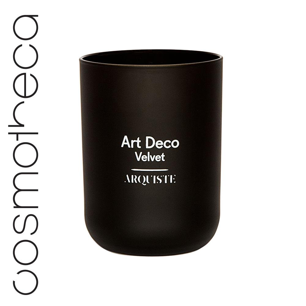 Arquiste Свеча ароматизированная Art Deco Velvet 251 гCH3613Утонченный аромат свечи переносит вас в клуб архитекторов – элегантную курительную комнату в лондонском районе Мейфер, декорированную в стиле ардеко 30-х годов. Тонкий аромат мартини и джина, перемешанный с легким запахом ванили и табачным дымом, воссоздают уютную атмосферу бара Fumoir в лондонском отеле Claridge's. Парфюмеры Николь Манчини и Ян Ванье смешали масло можжевеловых ягод с нотами табака в сердце композиции, дополненными абсолютом ванили и деревом дуба. Завершающий аккорд насыщенной абмры оставляет легкий теплый шлейф.