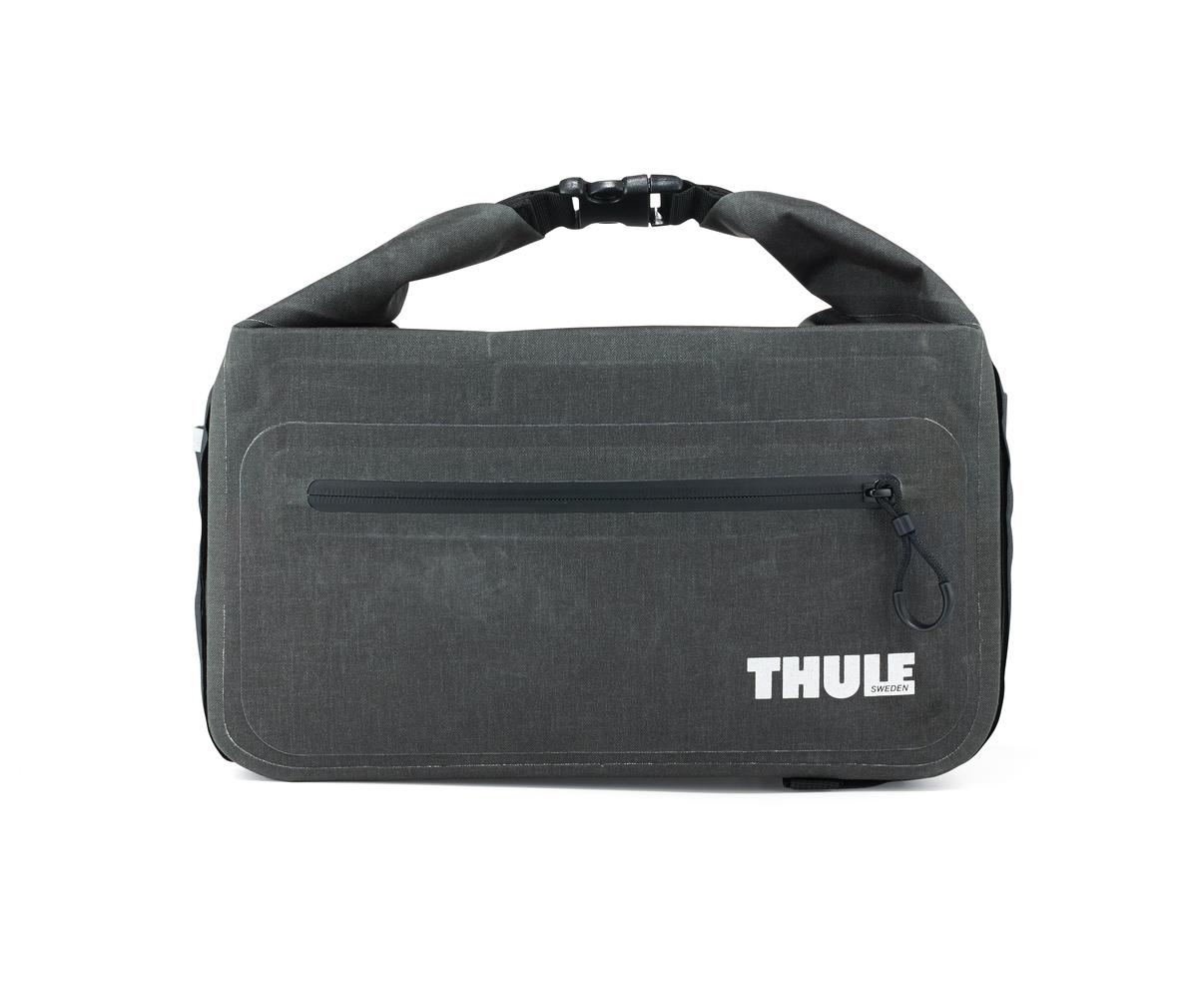 Сумка велосипедная на багажник Thule Trunkbag100055Этот удобный кофр обеспечивает водонепроницаемое пространство объемом 11 литров для хранения грузов и крепится к переднему или заднему багажнику велосипеда. Сворачивающаяся застежка и герметичные швы обеспечивают водонепроницаемость ваших вещей. Внешние прозрачные кармашки обеспечивают использование аварийного фонаря и хранение его в одном удобном месте. Сворачивающаяся застежка может также служить удобной ручкой для переноски. Простые крепления в виде петель и крюков обеспечивают надежное крепление багажника и позволяют быстро установить или снять его. Идеально подходит для размещения между двумя велосипедными сумками Thule. Лучше всего подходит для багажников Thule, но может использоваться практически с любым велосипедным багажником.
