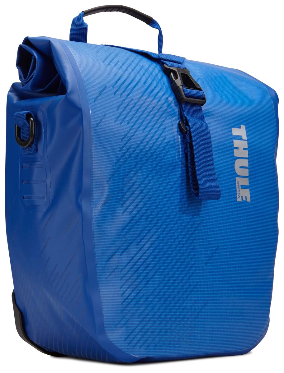 Набор велосипедных сумок Thule Shield, цвет: синий, 28 л, 2 штMW-1462-01-SR серебристыйМногофункциональные водонепроницаемые сумки Thule Shield обеспечивают безопасность и защиту благодаря ярким светоотражающим элементам. Единая конструкция со сворачивающейся верхней частью гарантирует, что вещи внутри останутся сухими и чистыми.Система крепления на магнитах проста в использовании, надежна и имеет малый уровень вибрации.Яркие светоотражающие элементы на передней и боковой панелях улучшают заметность на дороге.Удобные точки крепления для фонарей обеспечивают дополнительную безопасность.Имеются внутренние сетчатые карманы для хранения мелких вещей.Встроенные ручки и отстегиваемый ремень для ношения через плечо обеспечивают несколько вариантов переноски.Лучше всего подходит для багажников Thule, но может использоваться практически с любым велосипедным багажником.В набор входят две сумки объемом 28 л.