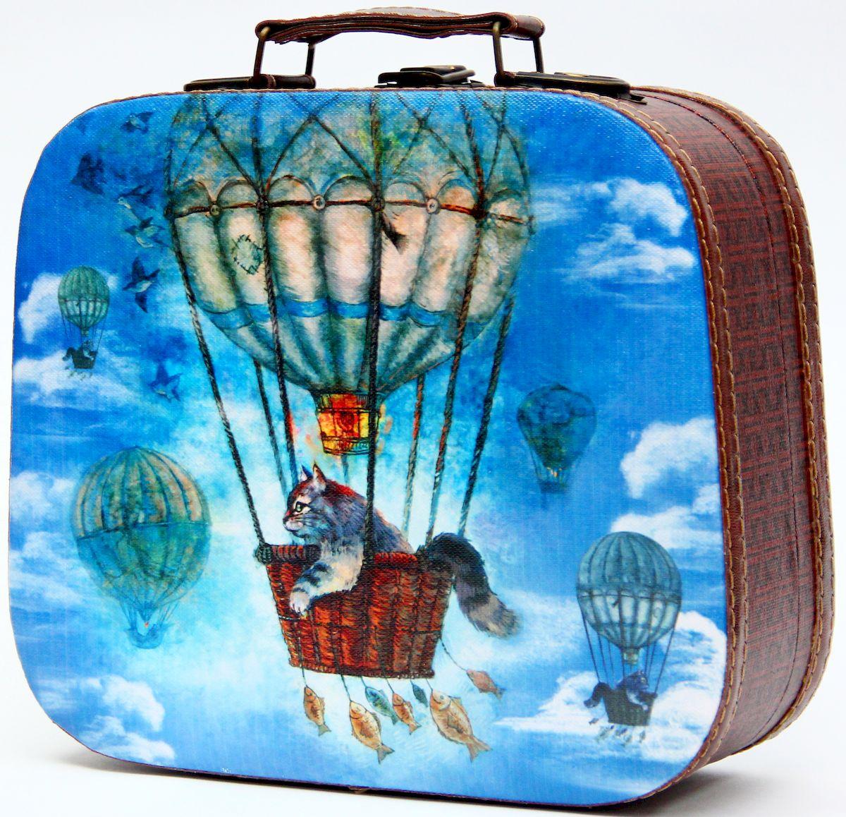 Шкатулка декоративная Magic Home Кот на воздушном шаре, цвет: синий, 25 х 20,5 х 9 см42737Декоративная шкатулка Magic Home Кот на воздушном шаре, выполненная из МДФ, оформлена ярким цветным изображением. Изделие закрывается на металлический замок и оснащено оригинальной ручкой под старину для переноски. Такая шкатулка может использоваться для хранения бижутерии, предметов рукоделия, в качестве украшения интерьера, а также послужит хорошим подарком для человека, ценящего практичные и оригинальные вещицы.