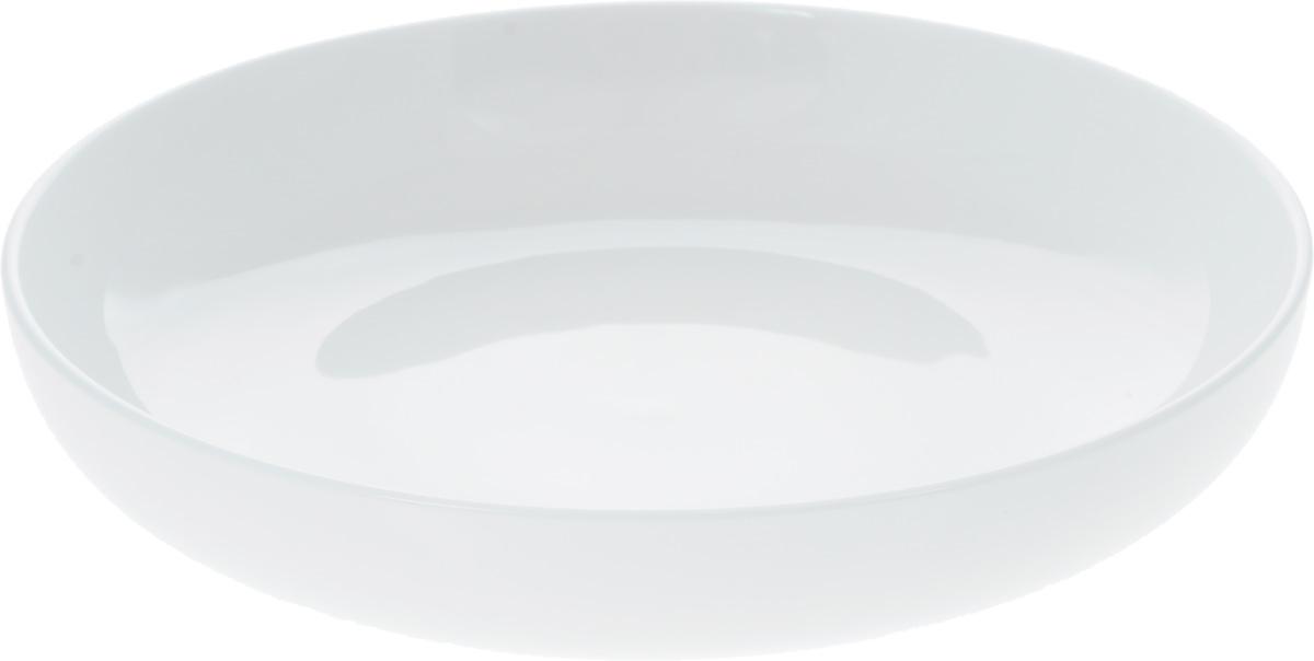 Тарелка глубокая Wilmax, диаметр 23,5 см115510Оригинальная глубокая тарелка Wilmax изготовлена из фарфора с глазурованным покрытием. Фарфор от Wilmax изготовлен по уникальному рецепту из сплава магния и алюминия, благодаря чему посуда обладает характерной белизной, прочностью и устойчивостью к сколами. Особый состав глазури обеспечивает гладкость и блеск поверхности изделия.Изделие сочетает в себе изысканный дизайн с максимальной функциональностью. Тарелка прекрасно впишется в интерьер вашей кухни и станет достойным дополнением к кухонному инвентарю. Можно мыть в посудомоечной машине и использовать в микроволновой печи. Изделие пригодно для использования в духовых печах и выдерживает температуру до 300°С.Диаметр: 23,5 см.Высота: 5 см.