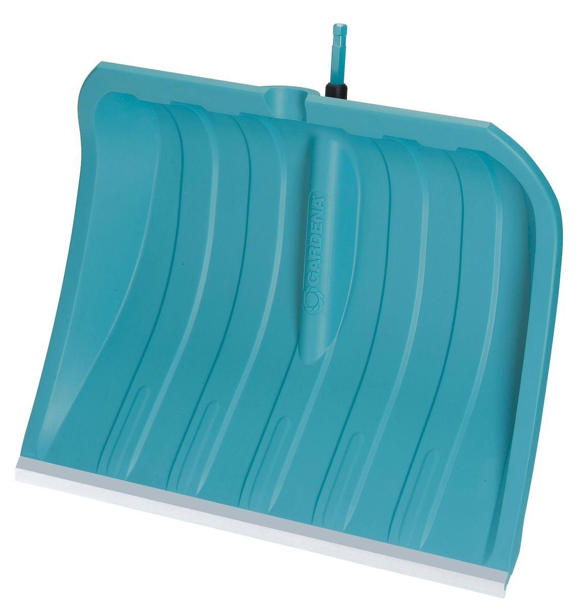 Лопата для уборки снега Gardena c кромкой из нержавеющей стали, без ручки, ширина 50 см531-324Благодаря легкому и прочному пластиковому полотну шириной 50 см, лопата для уборки снега Gardena оптимально подходит для расчистки различных территорий и дорожек от снега. Широкие ребра пластикового полотна обеспечивают легкое скольжение лопаты, а гладкая структура поверхности полотна предотвращает налипание снега. Высокие боковые стенки позволяют легко удерживать снег на лопате во время переноски, при этом снег не соскальзывает сбоку. Пластиковое полотно чрезвычайно устойчиво к воздействию солей и выдерживает отрицательные температуры до - 40 °C. Благодаря кромке из нержавеющей стали, эта лопата для уборки снега идеально подходит для расчистки от снега таких поверхностей, как асфальт и бетон. Лопата для уборки подходит ко всем ручкам. Рабочая ширина лопаты - 50 см.