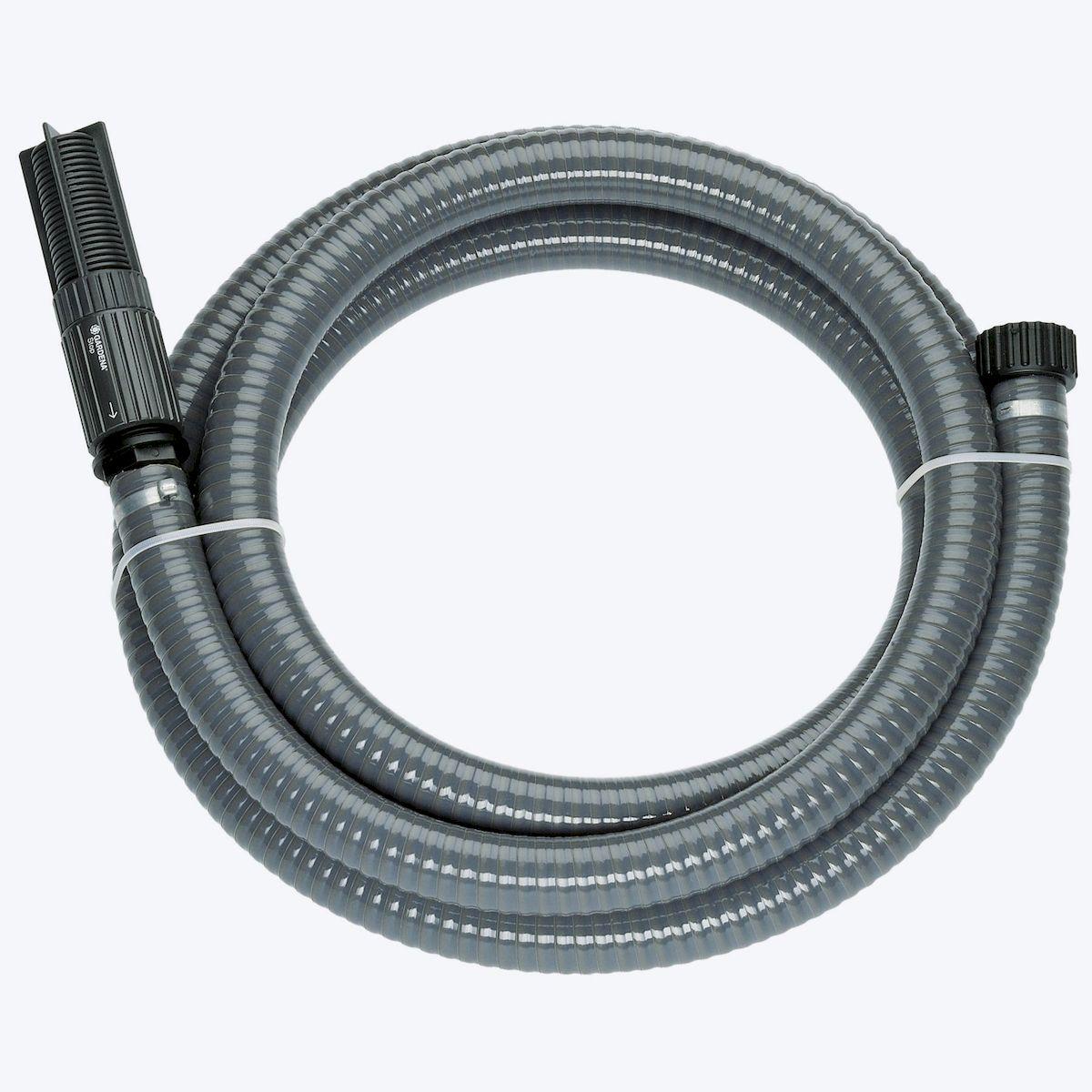 Шланг Gardena, заборный, с насосом и фильтром, диаметр 25 мм, длина 7 м96515412Заборный шланг Gardena используется в комплекте с насосом. Шланг спирально-армирован, что увеличивает его прочностные характеристики. Фильтр, встроенный в шланг, защищает насос от загрязнения, что в конечном счете сказывается на сроке службы насоса. Также в конструкции заборного шланга имеется обратный клапан, благодаря которому при повторном включении время всасывания заметно сокращается. Все соединяющие элементы гарантируют герметичное соединение. Подходит для насосов с наружной резьбой 33,3 мм (G 1).Длина шланга: 7 м.Диаметр шланга: 25 мм.