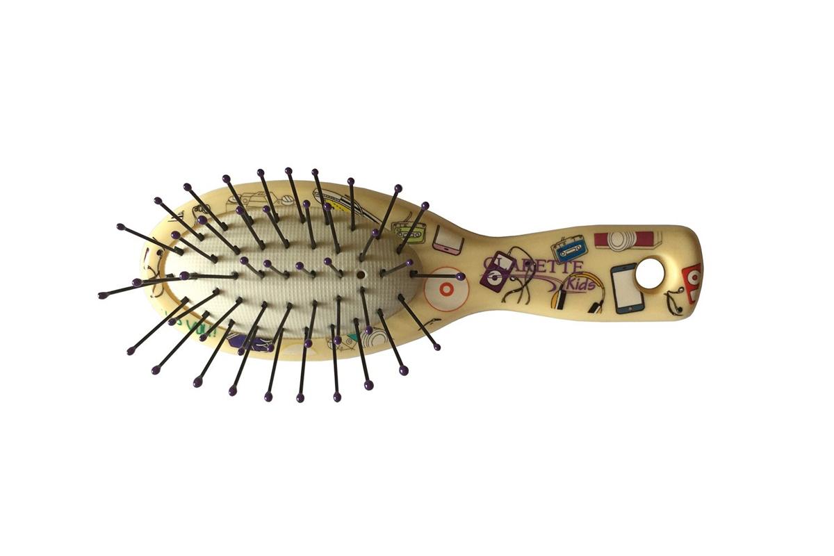 Clarette Щетка для волос мини с ультратонкой пластиковой щетиной,желтая с принтомMP59.4DClarette представляет специально разработанную для детей коллекцию Clarette Kids . Щетка для волос мини с ультра тонкой пластиковой щетиной . Эта щетка обладает специально разработанной, ультратонкой, крепкой и очень гибкой щетиной . Щетка быстро и бережно расчесывает любые волосы, даже самые жесткие и непослушные, не травмирует кожу головы . Щетка идеальна для расчесывания нежных, детских волос . Расчесывать волосы рекомендуеться плавными, многократными движениями по всей длине волос.