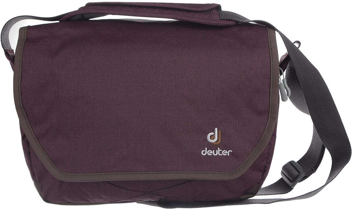 Сумка Deuter Carry out, цвет: сливовый, серый. 85013_560885013_5608Практичная дорожная сумка Deuter Carry out выполнена из плотного полиэстера и оформлена нашивкой с названием фирмы. Сумка состоит из двух вместительных отделений, каждый из которых закрывается на удобную застежку-молнию. Внутри одного отделения расположен карман, закрывающийся на молнию. Внутри второго отделения расположены три открытых кармана для мелочей. На тыльной стороне расположен широкий карман на молнии. Изделие закрывается клапаном на липучки. Под клапаном расположен удобный карман на молнии, внутри которого расположены один открытый клапан, карман для телефона на клапане с липучкой и съемный ремешок. Сумка оснащена удобным плечевым ремнем с регулирующейся длиной и подвижной накладкой для плеча. Также к сумке прилагается небольшая косметичка, закрывающаяся на молнию. Такая практичная сумка станет незаменим аксессуаром, который подчеркнет вашу индивидуальность.