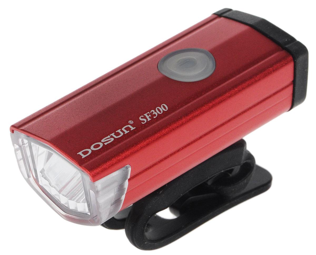 Фара велосипедная Dosun SF300, цвет: красный, черныйCRL-1Надежная и удобная в эксплуатации фара Dosun SF300 предназначена для обеспечения большей безопасности при поездках в темное время суток. Заряжается от компьютера при помощи USB кабеля (входит в комплект). Оснащена ярким светодиодом мощностью 300 Лм. Устанавливается на основание диаметром 20-40 мм. Имеет прочный алюминиевый водонепроницаемый корпус, устойчивый к царапинам. Удобная конструкция фары позволяет быстро устанавливать ее на руль или снимать. Фара работает в 5 режимах: 3 вида яркости, мигание, быстрое мигание.Время свечения в разных яркостях: 1 ч, 3 ч, 6 ч.Время мигания: 12 ч.Время быстрого мигания: 60 ч.Время зарядки: 2,5 ч.Размер фары (без учета крепления): 6,7 х 2,7 х 2,2 см.