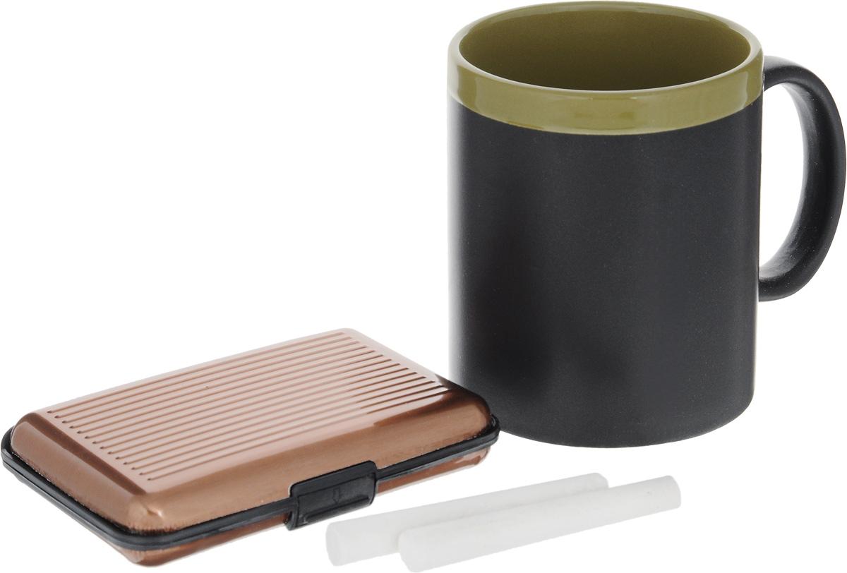 Набор подарочный Феникс-Презент Magic Home: кружка, мелки, визитница, цвет: черный, зеленый, медный41180Подарочный набор Феникс-Презент Magic Home включает в себя кружку с поверхностью, на которой можно писать, визитницу и 2 мелка. Кружка выполнена из высококачественной керамики, визитница из пластика. Визитница оснащена 6 отсеками для визиток и карточек. Закрывается на пластиковую защелку. Такой набор будет отличной находкой для себя или подарком для друга. Объем кружки: 300 мл. Диаметр кружки: 8 см. Высота кружки: 9,7 см. Размер визитницы: 11 х 7,5 х 1,8 см. Длина мелков: 7 см.