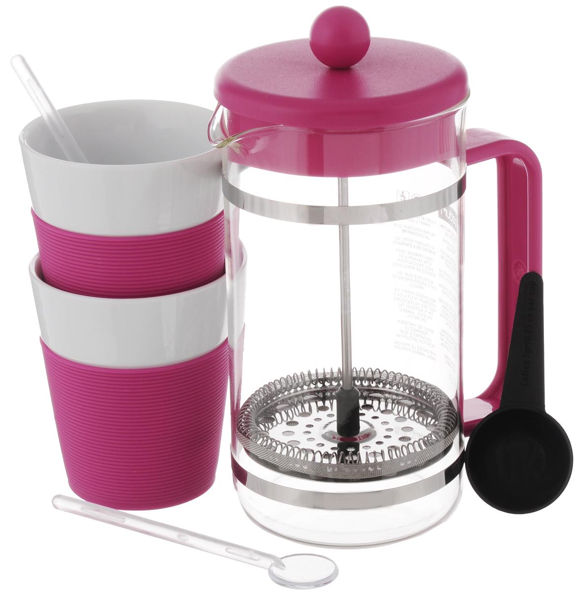 Набор кофейный Bodum Bistro, цвет: розовый, прозрачный, белый, 6 предметов. AK1508AK1508-634-Y15/AK1508-XY-Y15Кофейный набор Bodum Bistro состоит из чайника френч-пресса, 2 стаканов, 2 ложек и мерной ложки. Френч-пресс выполнен из высококачественного жаропрочного стекла, нержавеющей стали и пластика. Френч-пресс - это заварочный чайник, который поможет быстро приготовить вкусный и ароматный чай или кофе. Металлический нержавеющий фильтр задерживает чайные листочки и частички зерен кофе. Засыпая чайную заварку или кофе под фильтр, заливая горячей водой, вы получаете ароматный напиток с оптимальной крепостью и насыщенностью. Остановить процесс заваривания легко, для этого нужно просто опустить поршень, и все уйдет вниз, оставляя сверху напиток, готовый к употреблению. Элегантные стаканы выполнены из высококачественного фарфора и оснащены резиновой вставкой, защищающей ваши руки от высоких температур. Ложки изготовлены из пластика. Яркий и стильный набор украсит стол к чаепитию и станет чудесным подарком к любому случаю. Изделия можно...
