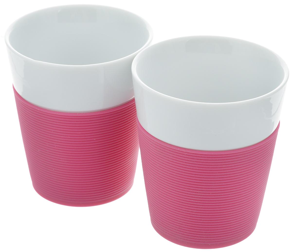 Набор стаканов Bodum Bistro, 0,3 л, 2 штVT-1520(SR)Набор стаканов Bodum Bistro состоит из 2 фарфоровых стаканов высокого качества. Изделия обернуты яркой силиконовой лентой, которая защищает вашу руку от чрезмерно высокой температуры напитка. Такие стаканы приятны на ощупь и позволяют удобно держать стакан в руках. Благодаря двойным стенкам, напиток в такой кружке остается горячим гораздо дольше. Такой набор порадует вас и ваших близких своим ярким дизайном и удивит своим качеством. Диаметр стакана (по верхнему краю): 8,5 см. Высота стенки: 10 см. Диаметр основания: 6 см.