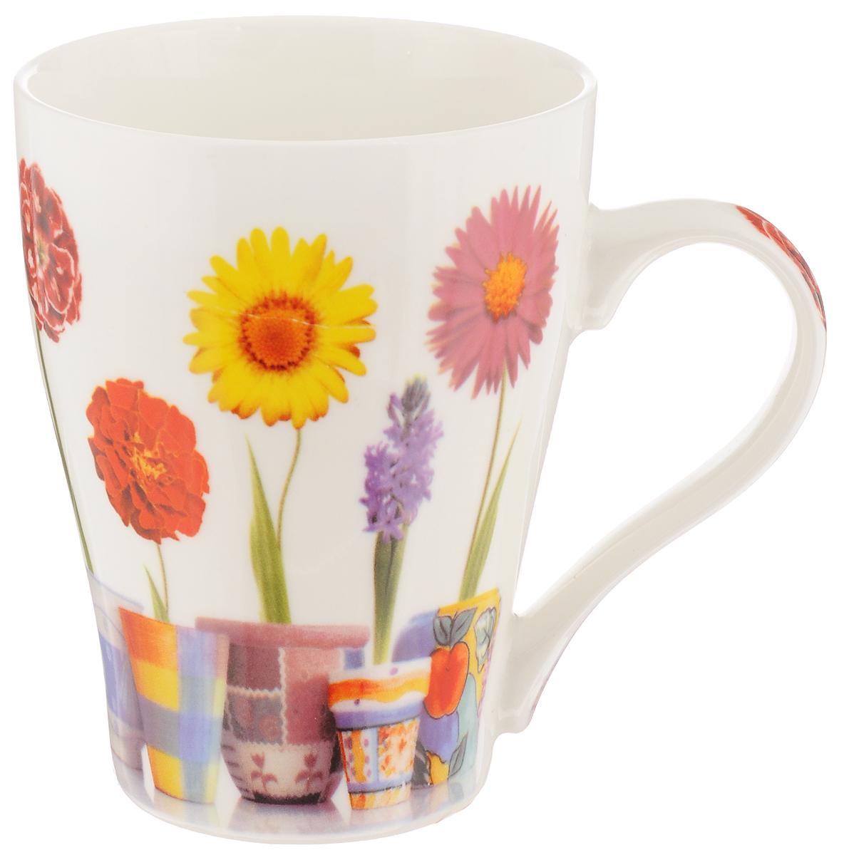 Кружка Liling Quanhu Первые цветы, цвет: белый, желтый, красный, 350 млLQB66-K02_Жёлтый/красныйКружка Liling Quanhu Первые цветы изготовлена из прочного качественного фарфора и оформлена красочным цветочным рисунком. Изделие отлично сохраняет температуру содержимого - морозной зимой кружка будет согревать вас горячим чаем, а знойным летом, напротив, радовать прохладными напитками. Изящный дизайн придется по вкусу и ценителям классики, и тем, кто предпочитает утонченность и изысканность. Такой аксессуар создаст атмосферу тепла и уюта, настроит на позитивный лад и подарит хорошее настроение с самого утра. Это оригинальное изделие идеально подойдет в подарок близкому человеку. Можно использовать в СВЧ и мыть в посудомоечной машине. Диаметр (по верхнему краю): 8 см. Высота кружки: 10,5 см.