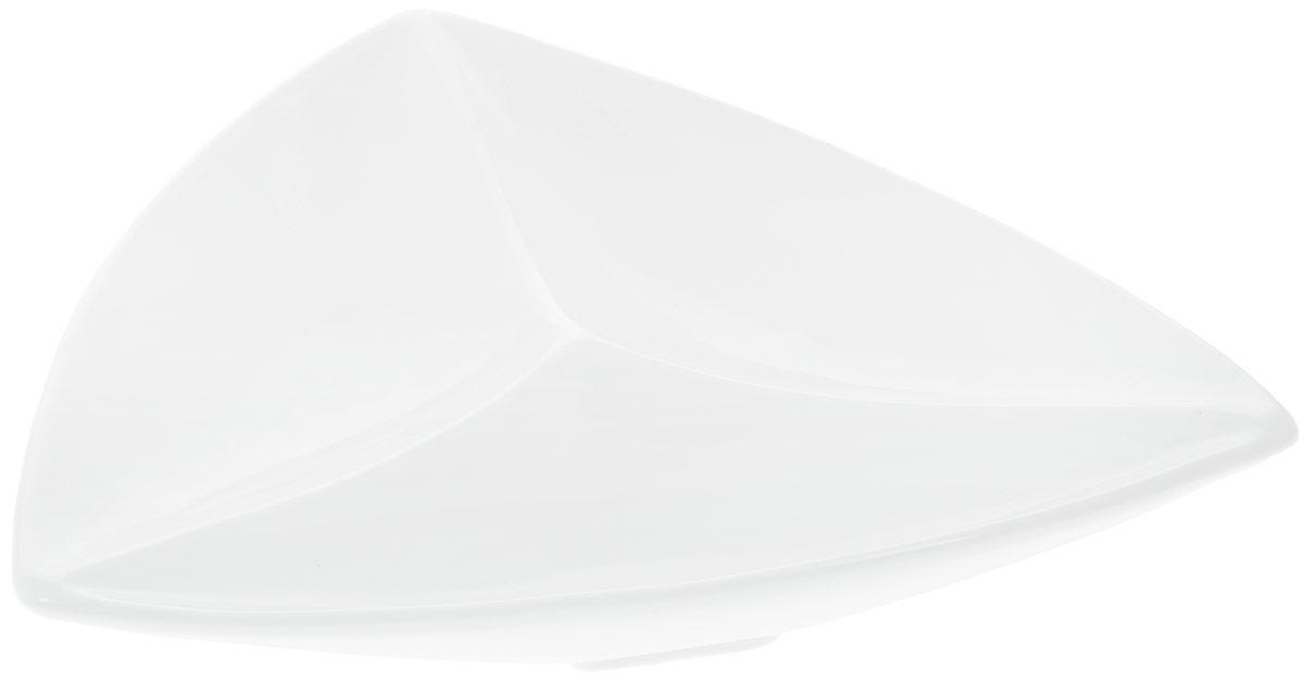 Менажница Wilmax, 3 секции, 24 х 24 смWL-992585 / AМенажница Wilmax изготовлена из высококачественного фарфора с глазурованным покрытием. Материал легкий, тонкий, свет без труда проникает сквозь изделие. Посуда имеет роскошную белизну, гладкость и блеск достигаются за счет особой рецептуры глазури. Изделие обладает низкой водопоглощаемостью, высокой термостойкостью и ударопрочностью, а также экологичностью. Посуда долговечна и рассчитана на постоянное интенсивное использование. Гладкая непористая поверхность исключает проникновение бактерий, изделие не будет впитывать посторонние запахи и сохранит первоначальный цвет. Менажница треугольной формы прекрасно подойдет для подачи различных закусок, нарезок, сладостей, фруктов. Она оснащена 3 секциями для подачи сразу нескольких видов закусок. Изделие украсит ваш праздничный или обеденный стол, а оригинальный дизайн придется по вкусу и ценителям классики, и тем, кто предпочитает утонченность и изысканность. Можно мыть в посудомоечной машине и использовать в...