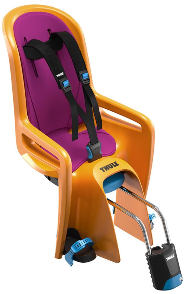 Кресло велосипедное детское Thule Ride Along, цвет: оранжевыйJSO-10304Thule RideAlong - классическая модель безопасного и легкого в использовании детского велосипедного сиденья для крепления спереди подарит вам новые впечатления от ежедневных прогулок и семейных поездок на велосипеде. Мягкие ремни безопасности с надежным регулируемым креплением обеспечивают максимальный комфорт ребенка.Система крепления DualBeam смягчает удары от неровностей дороги, обеспечивая комфорт ребенка во время поездки.Отклонение до 20° одной рукой, 5 различных позиций.Регулируемые одной рукой ремни и подставки для ног обеспечивают комфорт ребенку; рассчитаны на детей разного возраста.Универсальная быстросъемная опора позволяет устанавливать и снимать сидение с велосипеда за считанные секунды. Кроме того, она совместима с большинством велосипедных рам (с круглыми рамами диаметром 27,2-40 мм и овальным рамами до 40 x 55 мм).Ремень с большими кнопками, оснащенный защитой от детей, обеспечит безопасность вашего ребенка.Съемная водонепроницаемая прокладка подходит для машинной стирки; прокладка двусторонняя, две стороны оформлены разным цветом.Встроенный рефлектор и точка крепления со световым индикаторов обеспечивают дополнительную видимость.Запирается при помощи системы Thule One-Key System, использующей один ключ (фиксатор (замок) включен в комплект поставки).Разработано и протестировано для детей от 9 месяцев* до 6 лет, весом до 22 кг. (*Обратитесь к педиатру, если ребенку менее 1 года).Соответствует международным стандартам безопасности.
