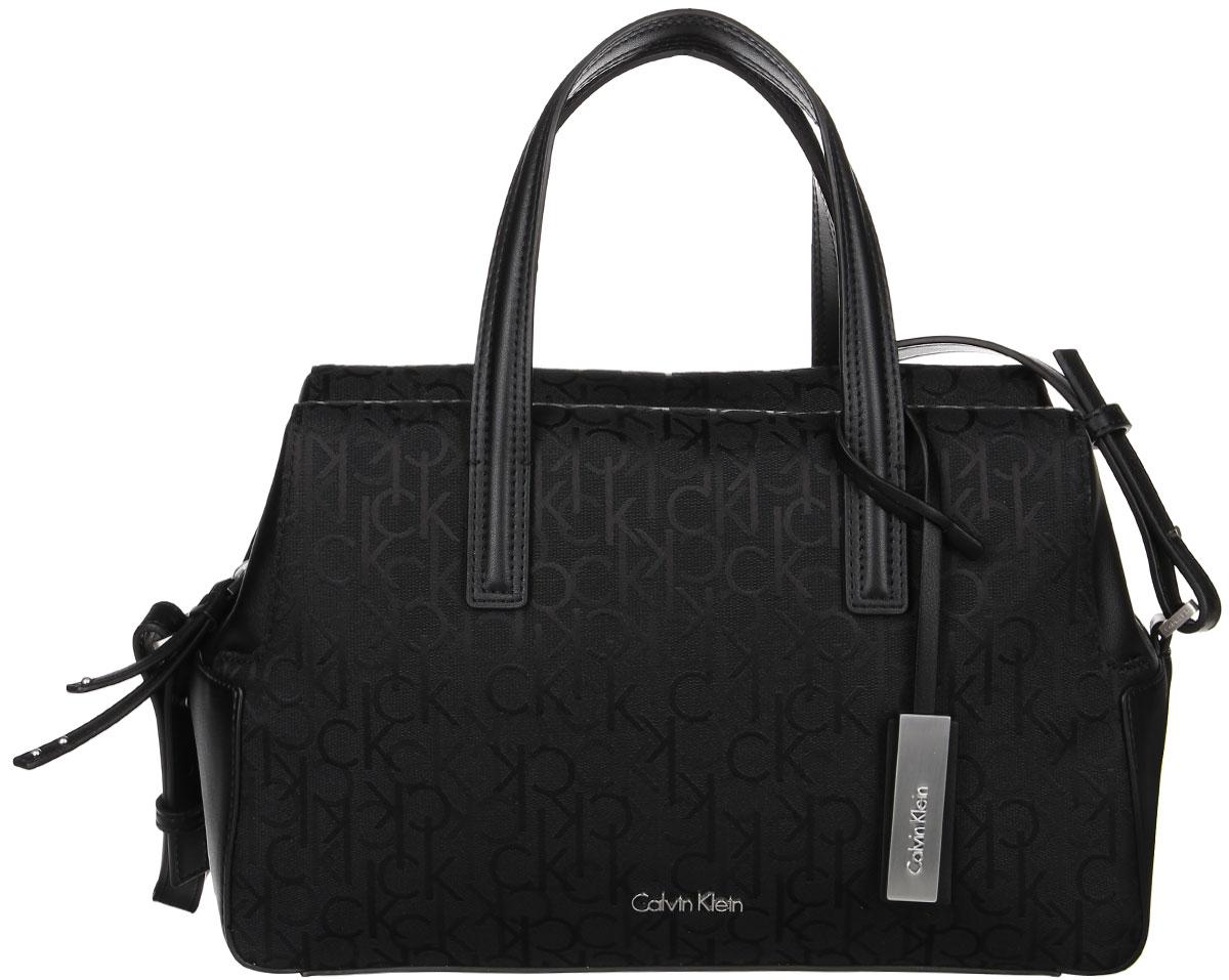Сумка женская Calvin Klein Jeans, цвет: черный. K60K602225_0010K60K602225_0010Стильная сумка Calvin Klein не оставит вас равнодушной благодаря своему дизайну и практичности. Она изготовлена из качественного хлопка с элементами из искусственной кожи и оформлена фирменным принтом. Лицевая часть оформлена металлической пластинкой с названием бренда. Сумка оснащена удобными ручками и плечевым ремнем, с помощью которых сумку моно носить как в руках, так и на плече. Изделие закрывается на удобную молнию. Внутри расположено главное отделение, которое содержит два открытых накладных кармана для телефона и мелочей и один вшитый карман на молнии. Такая модная сумка подчеркнет ваш неповторимый образ и займет достойное место в вашем гардеробе.