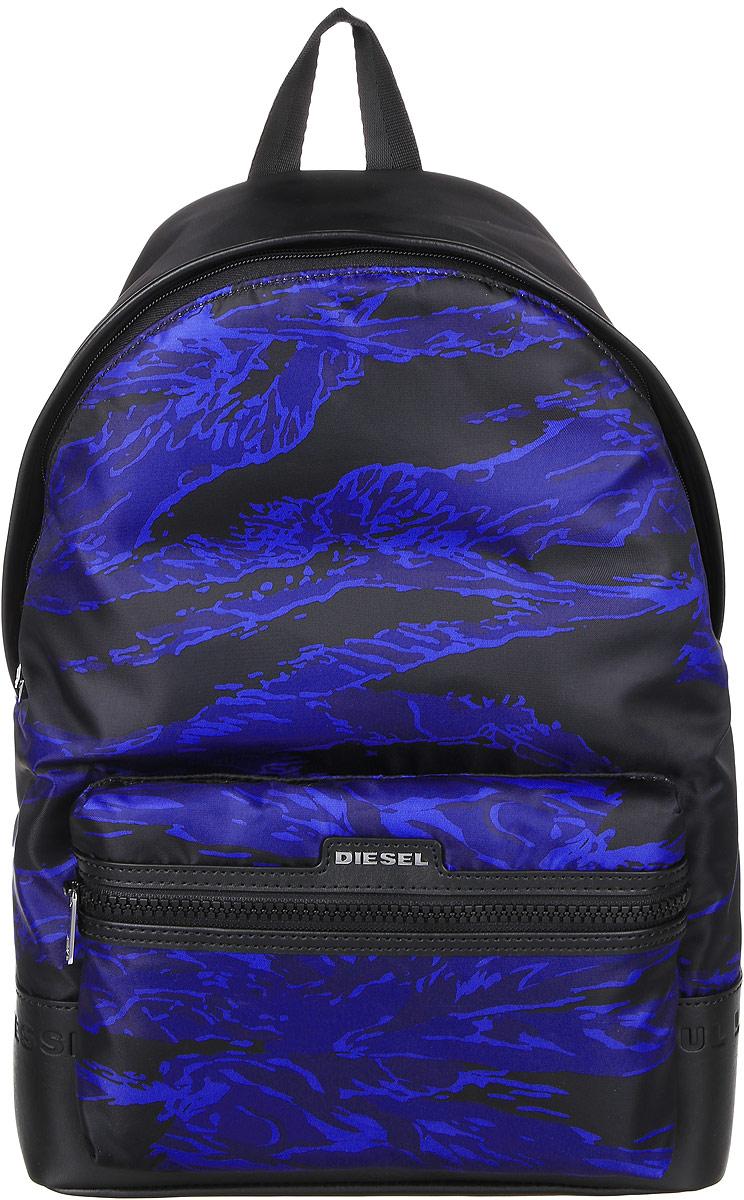 Рюкзак мужской Diesel, цвет: черный, темно-синий . X03785-P0151X03785-P0151/H5245Стильный мужской рюкзак Diesel не оставит вас равнодушной благодаря своему дизайну и качеству. Он изготовлен из полиамида, полиэстера и ПВХ. Рюкзак оформлен оригинальным принтом. Дно рюкзака оформлено фирменным тиснением. На лицевой стороне расположен объемный карман на молнии, который оформлен металлической пластинкой с названием бренда. Изделие оснащено удобными широкими лямками, длина которых регулируется с помощью пряжек. Рюкзак закрывается на удобную молнию. Внутри расположено главное отделение, которое содержит уплотненное отделение для ноутбука, закрывающееся хлястиком на липучку. Также внутри находится открытый накладной карман, карман на липучке для мелочей и вшитый карман на молнии. Такой рюкзак станет незаменимым аксессуаром в повседневной жизни.