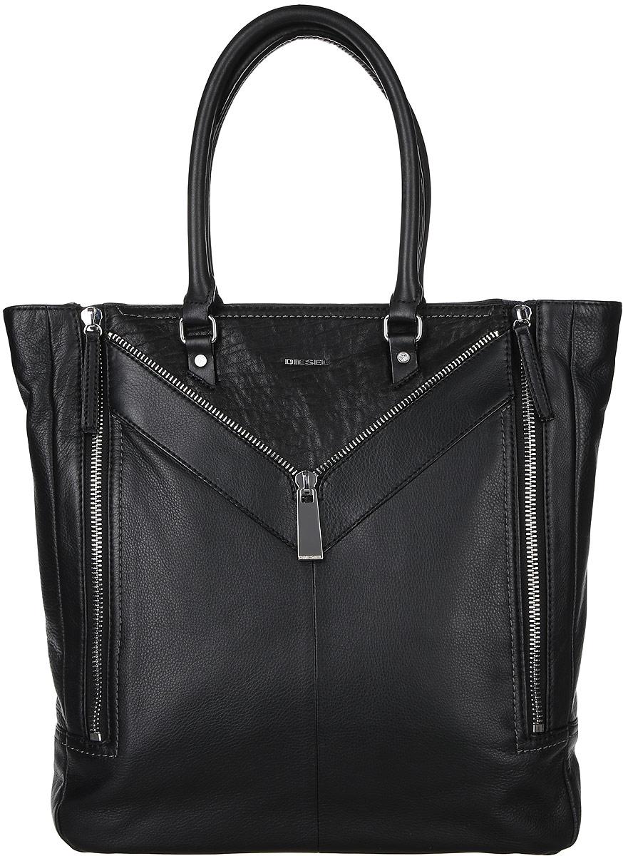 Сумка женская Diesel, цвет: черный. X04271-P0804AL-2917Стильная женская сумка Diesel не оставит вас равнодушной благодаря своему дизайну и качеству. Она изготовлена из натуральной кожи зернистой текстуры и оформлена декоративными нашивками с молнией. Лицевая сторона оформлена металлической пластинкой с названием бренда. Изделие может увеличиваться в объеме, благодаря молниям, которые расположены с боковых сторон. Сумка оснащена удобными ручками и закрывается на застежку-молнию. Внутри расположено вместительное отделение, которое содержит один открытый накладной карман для телефона и один вшитый карман на молнии для мелочей. Такая сумка идеальнозавершит ваш образ и станет незаменимым аксессуаром в повседневной жизни.