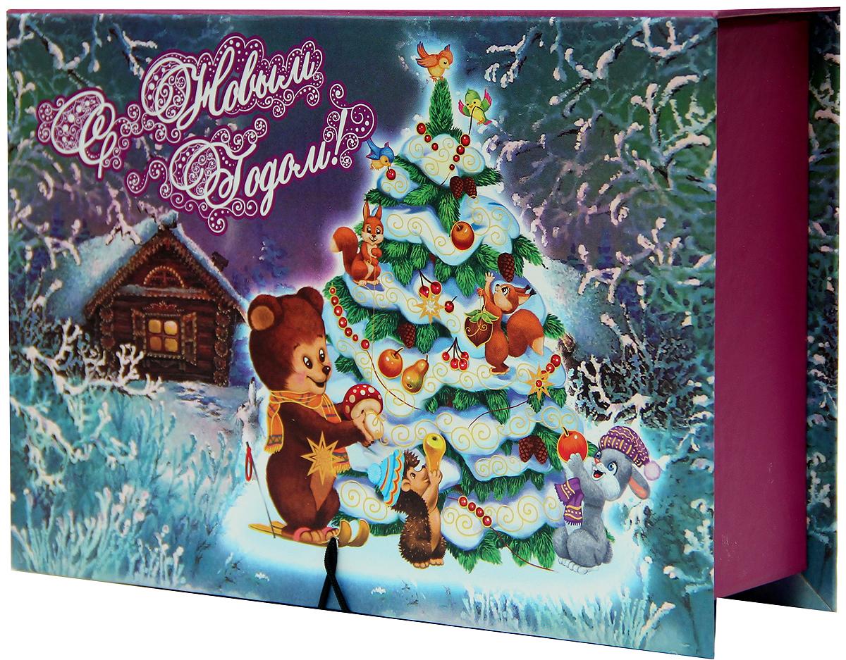 Коробка подарочная Magic Time Нарядная елочка, 20 х 14 х 6. 39258KOC_GIR288LEDBALL_RПодарочная коробка Magic Time Нарядная елочка, выполненная из мелованного, ламинированного картона, закрывается на пуговицу. Крышка оформлена декоративным рисунком.Подарочная коробка - это наилучшее решение, если вы хотите порадовать ваших близких и создать праздничное настроение, ведь подарок, преподнесенный в оригинальной упаковке, всегда будет самым эффектным и запоминающимся. Окружите близких людей вниманием и заботой, вручив презент в нарядном, праздничном оформлении.Плотность картона: 1100 г/м2.