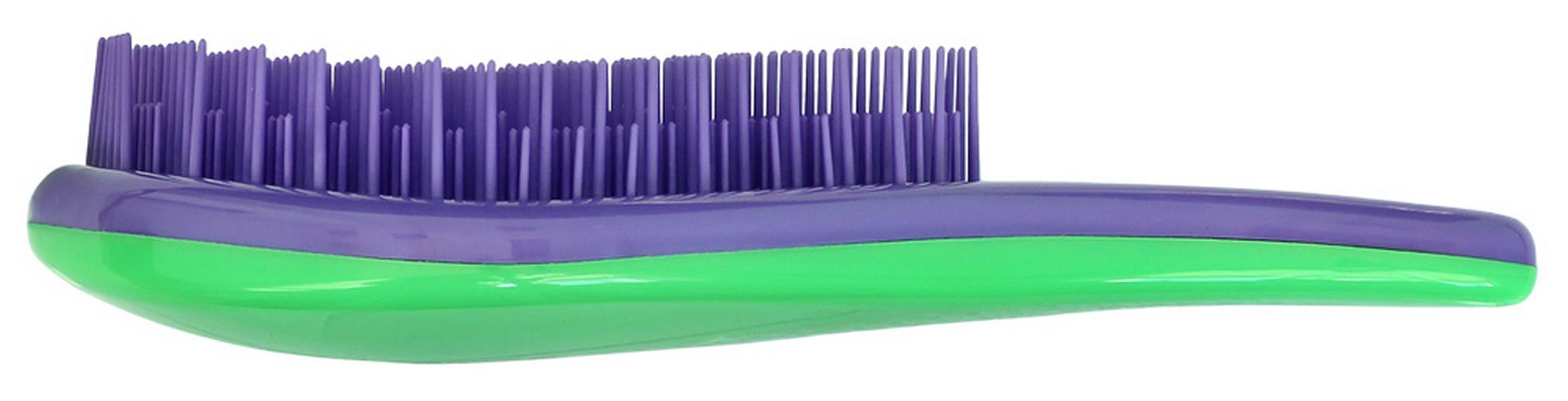 Щетка для волос для распутывания волос Detangler фиолетовый/зеленыйMP59.4DСпециально созданная щетка для волос для того, чтобы справляться с сильно запутавшимися волосами. Уникальная инновационная конструкция гибких зубчиков позволяет безвредно для волос устранить узелки и распутать пряди. Расчёсывает волосы быстро, легко и не требует использования дополнительных средств. Подходит для любого типа волос, включая тонкие, ломкие, кудрявые и жёсткие волосыНаличие ручки делает удобным расчесывание, а слегка изогнутая форма щетки в виде капли отлично лежит в руке и не выскальзывает, что особенно важно при расчесывании влажных волос. Уникальные зубчики щетки Clarette Detangler имеют повышенную гибкость и мягко преодолевают любое препятствие в волосах. Зубчики у расчески очень короткие и легкогнутся. При расчесывании они пропускают сквозь себя пряди любой длины и фактуры, не цепляя их и не «скатывая» в колтуны. Высококачественный упругий пластик, из которого сделаны зубчики расчески, не царапает кожу головы, а мягко воздействует на нее, обеспечивая массажный эффект.