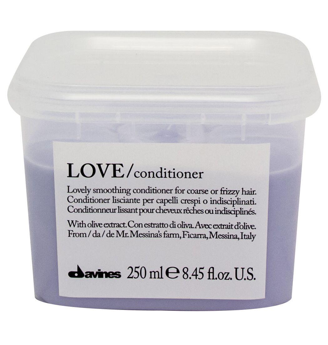 Davines Кондиционер для разглаживания завитка Essential Haircare New Love Lovely Smoothing Conditioner, 250 мл3078Особая серия для мягкого очищения кудрявых волос. Активный экстракт миндаля очищает и питает локоны. Богатая важными антиоксидантами формула восстанавливает локоны. Протеины, ненасыщенные жиры, витамины В и Е, магний, калий, железо, медь и фосфор в высокой концентрации обеспечивают благоприятное воздействие на кудри, полностью очищают волосы, дарят им свежесть, гибкость, объем и чистоту.