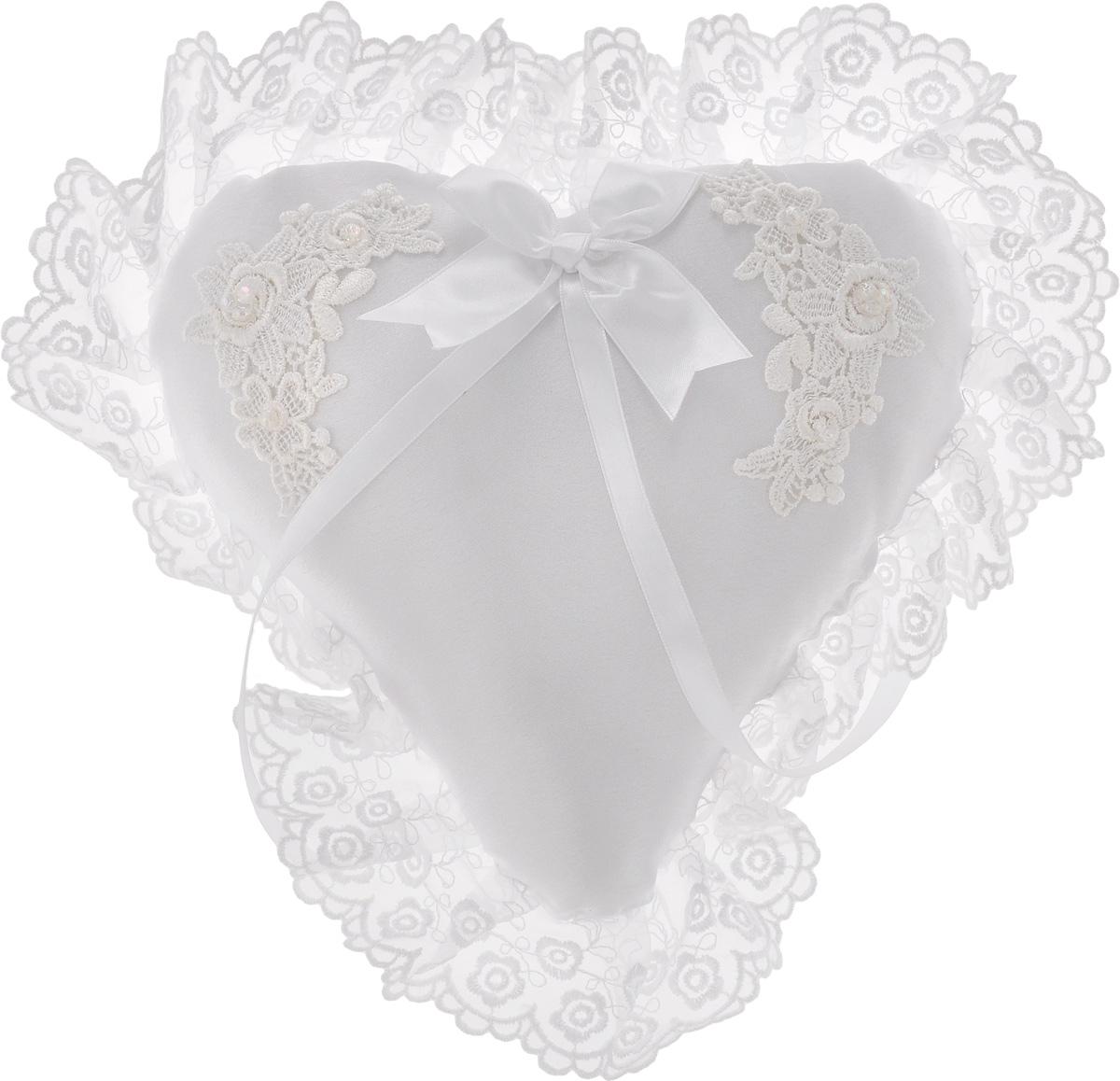 Подушечка для колец Bianco Sole Свадебная, 30 х 30 см139349Подушечка для колец с кружевом Bianco Sole Свадебная будет просто великолепно выглядеть на свадебных фотографиях! Подушечка вручную изготовлена из нежного атласа белого цвета, украшена изящным кружевом, бантом и лентами. Обручальные кольца закрепляются на тонких атласных ленточках. На такой подушечке в виде сердца ваши обручальные кольца будут смотреться очень красиво! Размер подушечки: 30 х 30 см.