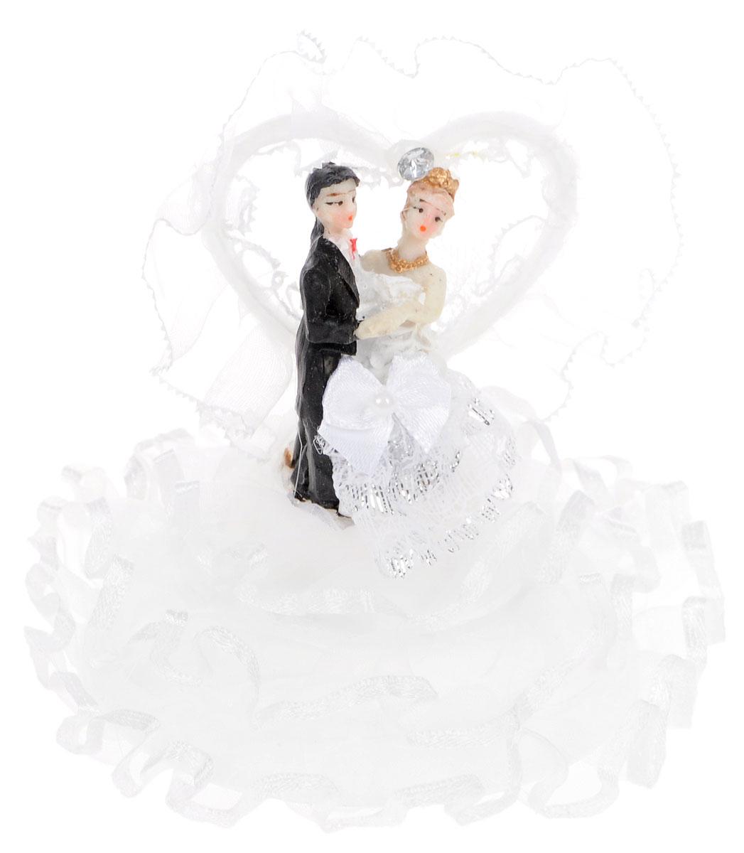 Фигурка декоративная Win Max Жених и невеста, высота 11 см. 2790227902Декоративная фигурка Win Max Жених и невеста изготовлена из полистоуна и текстиля. Изделие представляет собой круглую подставку с фигурками жениха и невесты, украшенных тесьмой и стразами. Такая фигурка идеально впишется в свадебный интерьер и будет радовать вас своим видом в самый важный день в вашей жизни. Высота фигурки: 11 см.