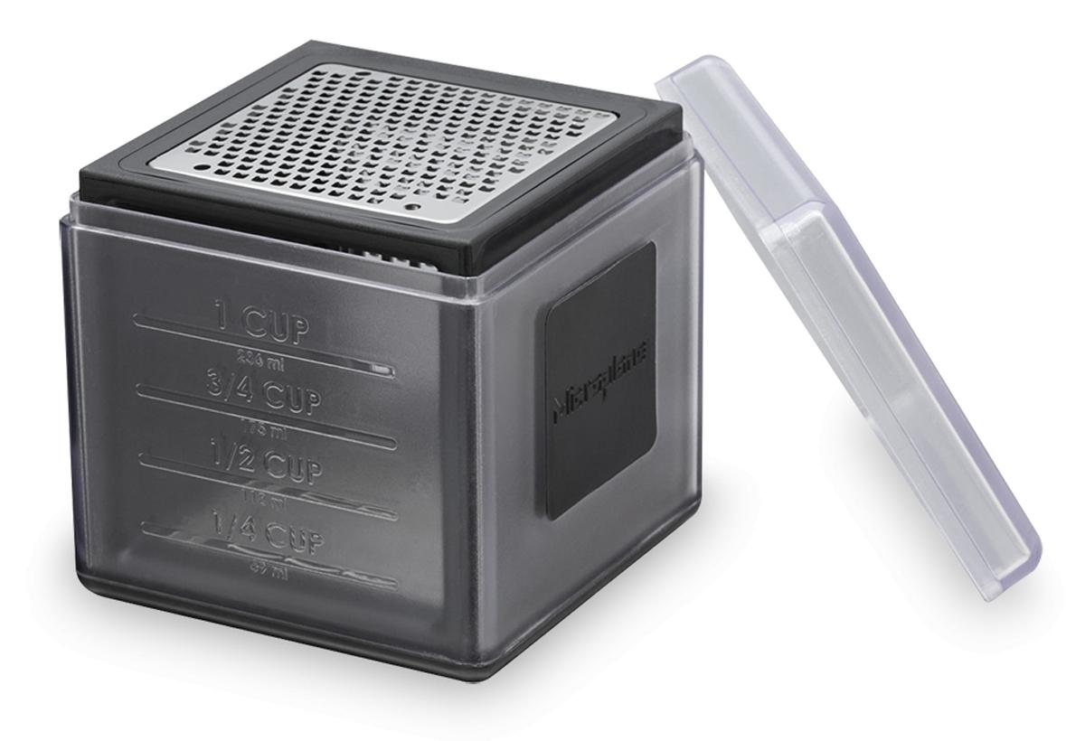 Терка Microplane, цвет: черный, 9 х 9 см34002Терка Microplane выполнена из пластика и нержавеющей стали. Она имеет три режущие поверхности: мелкую, крупную и ленту. На одной из сторон имеется мерная шкала. Терка идеально подходит для сыров, имбиря, моркови, чеснока, лука, орехов, яблок, картофеля, свеклы, шоколада, масла и специй. Терка-куб Microplane небольшая своим размером (9 х 9 см), но вместительная (до 350 мл). Можно мыть в посудомоечной машине.