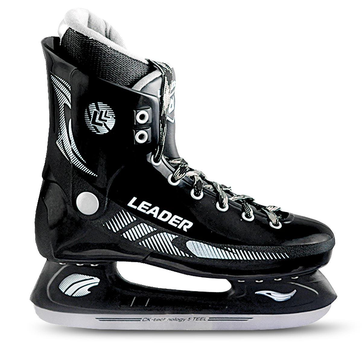 Коньки хоккейные мужские CK Leader, цвет: черный. Размер 37LEADER_черный_37Стильные коньки от CK Master Leader с ударопрочной защитной конструкцией отлично подойдут для начинающих обучаться катанию. Ботинки изготовлены из морозостойкого полимера, который защитит ноги от ударов. Верх изделия оформлен классической шнуровкой, надежно фиксирующей голеностоп. Сапожок, выполненный из комбинации капровелюра и искусственной кожи, оформлен принтом и тиснением в виде логотипа бренда. Внутренняя поверхность, дополненная утеплителем, и стелька исполнены из текстиля. Фигурное лезвие изготовлено из нержавеющей углеродистой стали со специальным покрытием, придающим дополнительную прочность. Усиленная двух-стаканная рама декорирована с одной из боковых сторон оригинальным принтом. Стильные коньки придутся вам по душе.