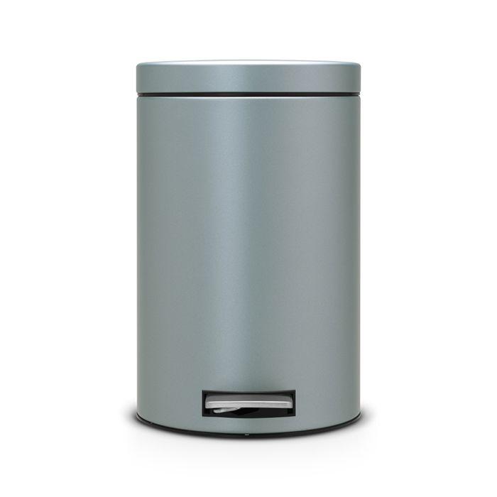 Ведро для мусора с педалью Brabantia 12л, цвет: мятный металик106002Педальный бак Brabantia на 12 л поистине универсален и идеально подходит для использования на кухне или в гостиной. Достаточно большой для того, чтобы вместить весь мусор, при этом достаточно компактный для того, чтобы аккуратно разместиться под рабочим столом. Предотвращает распространение запахов - прочная не пропускающая запахи металлическая крышка; Удобный в использовании - при открывании вручную крышка фиксируется в открытом положении, при использовании педали – крышка закрывается автоматически; Надежный педальный механизм, высококачественные коррозионно-стойкие материалы; Удобная очистка - прочное съемное внутреннее пластиковое ведро; Предохранение пола от повреждений - пластиковое защитное основание; Всегда опрятный вид - идеально подходящие по размеру мешки для мусора с завязками (размер C); 10-летняя гарантия Brabantia.