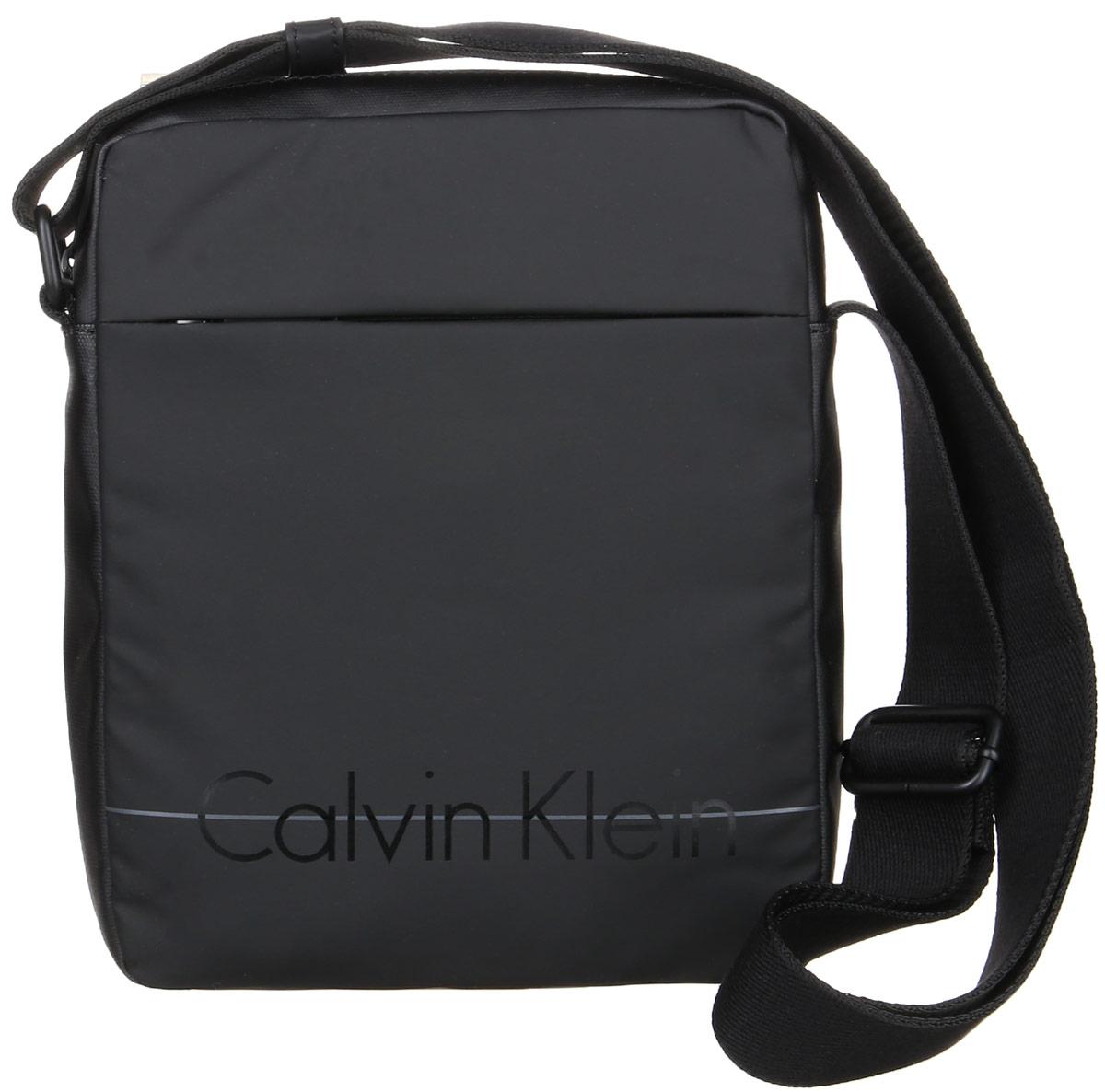 Сумка мужская Calvin Klein Jeans, цвет: черный. K50K502072_001K50K502072_001Стильная сумка Calvin Klein Jeans выполнена из полиуретана с добавлением поливинилхлорида и хлопка. Изделие содержит одно большое отделение, которое закрывается на застежку-молнию. Внутри сумки размещен один накладной открытый карман. Спереди изделие дополнено скрытым карманом на молнии. Сумка оснащена плечевым ремнем регулируемой длины. Оформлена модель надписью с названием бренда. В комплекте с изделием поставляется чехол для хранения.