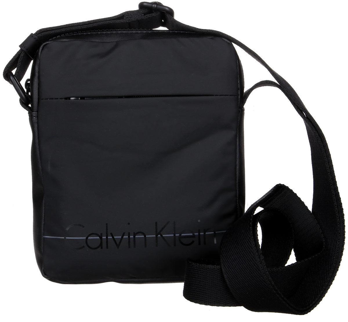 Сумка мужская Calvin Klein Jeans, цвет: черный. K50K502055_0013-47670-00504Стильная сумка Calvin Klein Jeans выполнена из поливинилхлорида с добавлением хлопка и полиэстера, оформлена надписью с названием бренда. Изделие содержит одно отделение, которое закрывается на застежку-молнию. Спереди расположен один открытый накладной карман. Сумка оснащена плечевым ремнем регулируемой длины. В комплекте с изделием поставляется чехол для хранения.