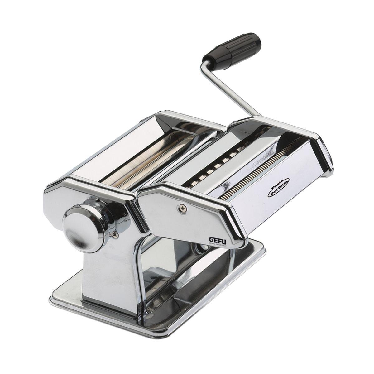 Машинка для пасты Gefu, с 2 насадками28300Машинка «Де люкс» изготовлена из нержавеющей стали. У машинки нескользкое основание, можно прикрепить к столу. Регулируемое раскатывание теста (9 вариантов толщины): от 0, 2 мм до 3 мм. Ширина раскатываемого теста 14, 5 см. В наборе: машина с валиком для раскатывания теста, наконечник для приготовления макаронов равиоли, наконечник для ленточой пасты и спагетти, наконечник для фигурной лапши и вермишелей, ролик для резки листов для лазании, ножка для крепления к столу. После использования протереть салфеткой или щеткой (не мыть).