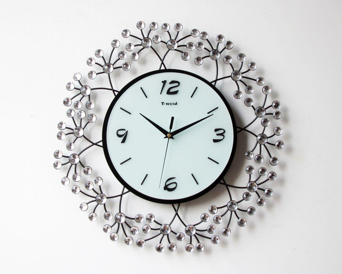 Часы настенные T-Weid, цвет: черный, белый, 43 х 43 х 5 см. M 2006M 2006Настенные кварцевые часы - это прекрасный предмет декора, а также универсальный подарок практически по любому поводу. Циферблат часов оснащен тремя фигурными стрелками: часовой, минутной и секундной. Циферблат выполнен из матового, прочного стекла. Корпус часов украшен стразами. На задней стенке часов расположена металлическая петелька для подвешивания и блок с часовым механизмом. Часы прекрасно впишутся в любой интерьер. Тип механизма: плавающий, бесшумный. Рекомендуется докупить батарейку типа АА (не входит в комплект).