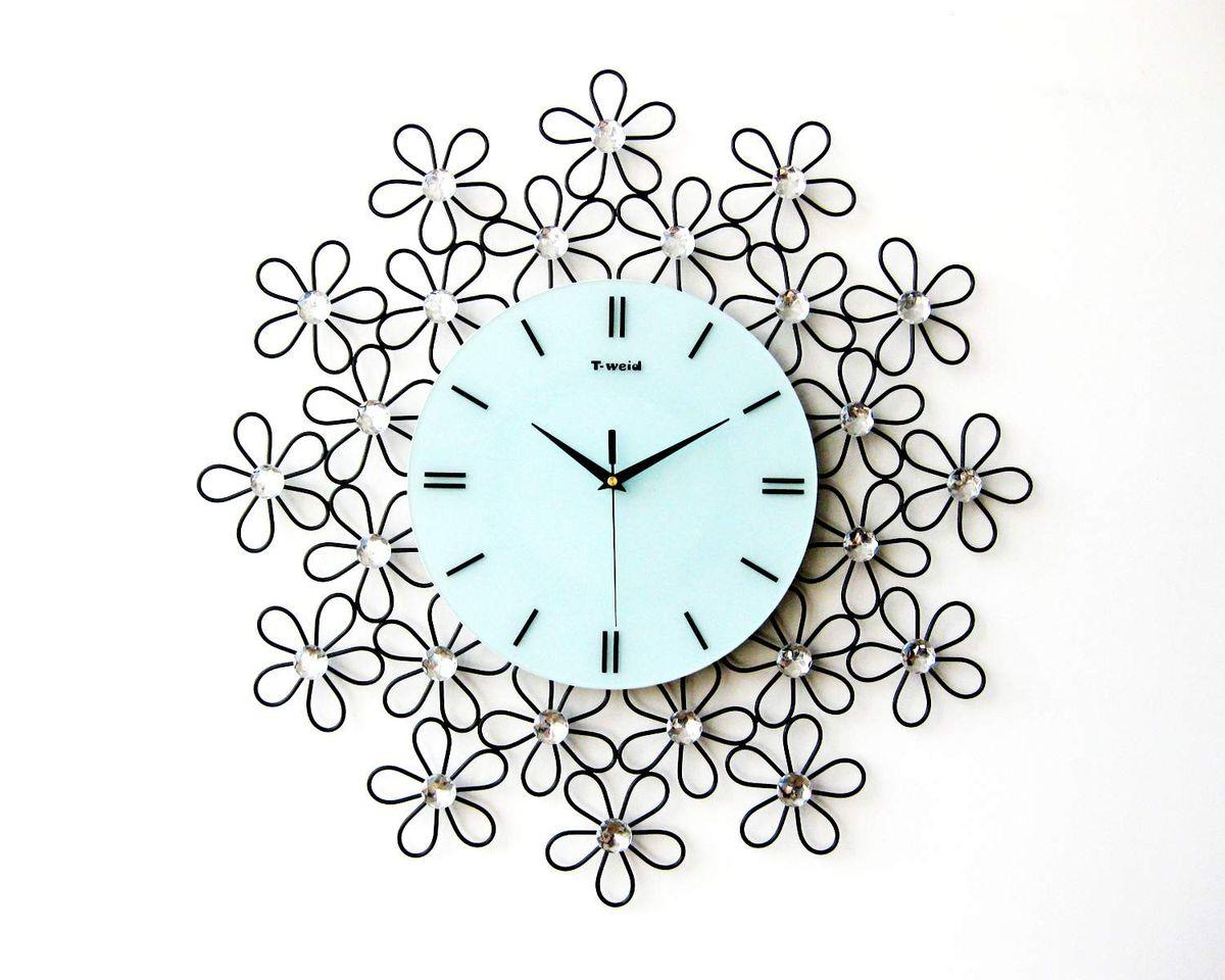 Часы настенные T-Weid, цвет: черный, белый, 60 х 60 х 5 смM 9057Настенные кварцевые часы - это прекрасный предмет декора, а также универсальный подарок практически по любому поводу. Циферблат часов оснащен тремя фигурными стрелками: часовой, минутной и секундной. Циферблат выполнен из матового, прочного стекла. Корпус часов украшен стразами. На задней стенке часов расположена металлическая петелька для подвешивания и блок с часовым механизмом. Часы прекрасно впишутся в любой интерьер. Тип механизма: плавающий, бесшумный. Рекомендуется докупить батарейку типа АА (не входит в комплект).