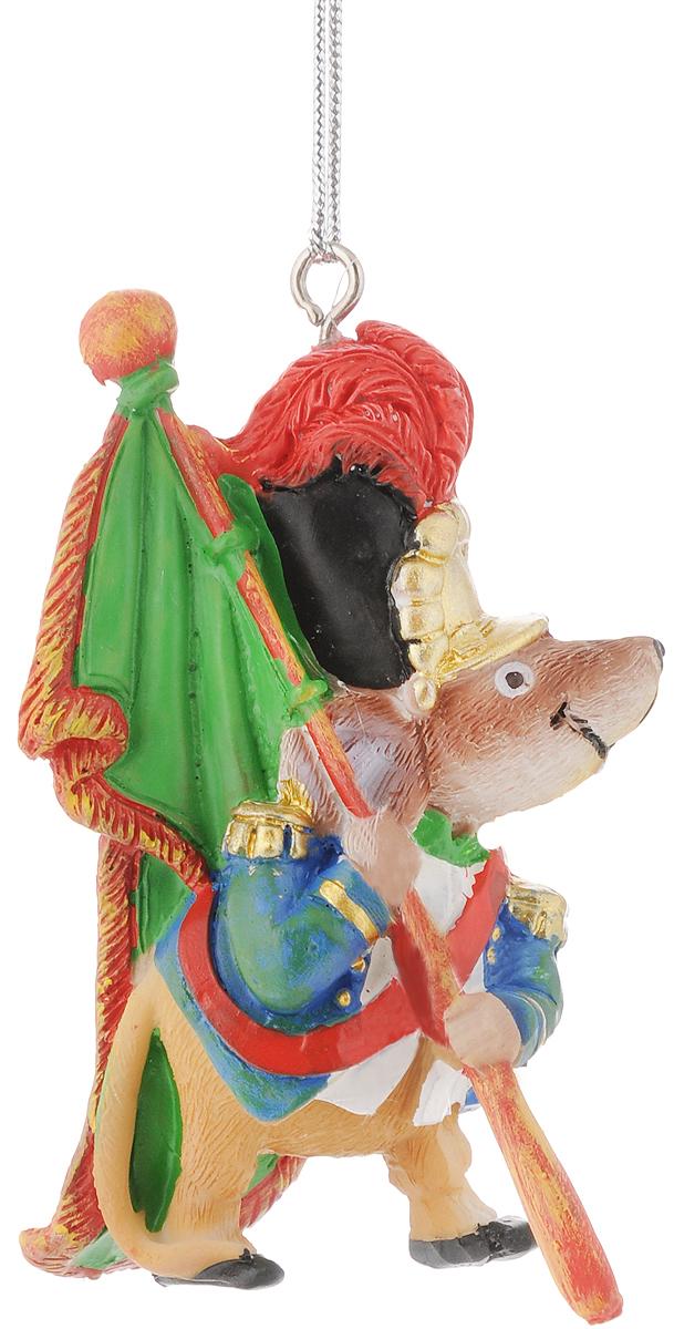 Украшение новогоднее подвесное Феникс-Презент Мышь-знаменосец, 5,8 х 3,8 х 8,3 см531-401Новогоднее украшение Феникс-презент Мышь-знаменосец, изготовленное из высококачественного полирезина, прекрасно подойдет для праздничного декора дома и новогодней ели. С помощью специальной текстильной петельки его можно повесить в любом понравившемся вам месте. Но, конечно, удачнее всего такая игрушка будет смотреться на праздничной елке. Елочная игрушка - символ Нового года. Она несет в себе волшебство и красоту праздника. Создайте в своем доме атмосферу веселья и радости, украшая новогоднюю елку нарядными игрушками, которые будут из года в год накапливать теплоту воспоминаний.