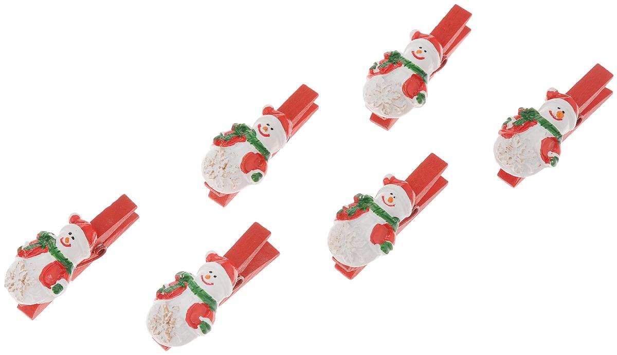Набор новогодних украшений Феникс-Презент Снеговики со снежинками, на прищепках, 6 штKT415EНабор Феникс-Презент Снеговики со снежинками состоит из 6 декоративных украшений на прищепках, изготовленных из полирезина и древесины березы. Изделия станут прекрасным дополнением к оформлению вашего новогоднего интерьера. Они используются для развешивания стикеров на веревке, маленьких игрушек и многого другого. Оригинальность и веселые цвета прищепок будут радовать глаз и поднимут настроение. Длина прищепки: 4,5 см. Размер декоративной части прищепки: 2,3 х 3,3 см.