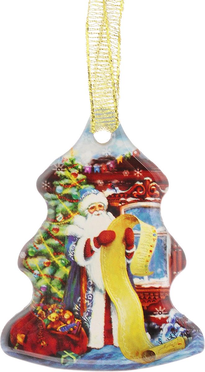 Магнит декоративный Magic Time Дед мороз со списком, 6 х 4,6 х 0,3 см38366Магнит Magic Time Дед мороз со списком, выполненный из агломерированного феррита, прекрасно подойдет в качестве сувенира к Новому году или станет приятным презентом в обычный день. Изделие оснащено текстильной петелькой для подвешивания. Магнит - одно из самых простых, недорогих и при этом оригинальных украшений интерьера. Он поможет вам украсить не только холодильник, но и любую другую магнитную поверхность. Размер: 6 х 4,6 см. Материал: агломерированный феррит.