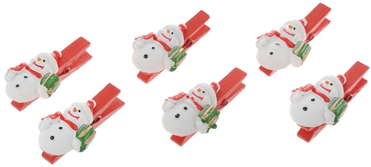 Набор новогодних украшений Феникс-Презент Снеговик с подарком, на прищепке, 6 шт38489Набор Феникс-Презент Снеговик с подарком состоит из 6 декоративных украшений - прищепок, изготовленных из полирезина и дерева. Изделия станут прекрасным дополнением к оформлению вашего новогоднего интерьера. Они используются для развешивания стикеров на веревке, маленьких игрушек и многого другого. Оригинальность и веселые цвета прищепок будут радовать глаз и поднимут настроение. Размер одной прищепки: 4,5 х 0,6 х 1,5 см.