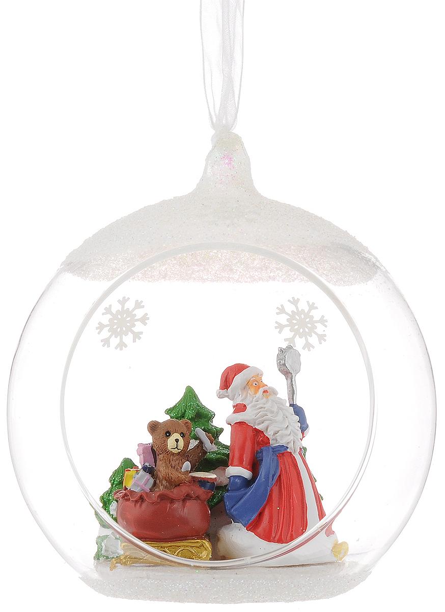 Украшение новогоднее подвесное Magic Time Дед мороз и медвежонок, с фигуркой внутри, диаметр 10 см41725Новогоднее подвесное украшение Magic Time Дед мороз и медвежонок выполнено из высококачественного стекла в форме шара, внутри которого находится фигурка Деда Мороза с подарками. С помощью специальной петельки украшение можно повесить в любом понравившемся вам месте. Но удачнее всего такая игрушка будет смотреться на праздничной елке. Елочная игрушка - символ Нового года и Рождества. Она несет в себе волшебство и красоту праздника. Создайте в своем доме атмосферу веселья и радости, украшая новогоднюю елку нарядными игрушками, которые будут из года в год накапливать теплоту воспоминаний.