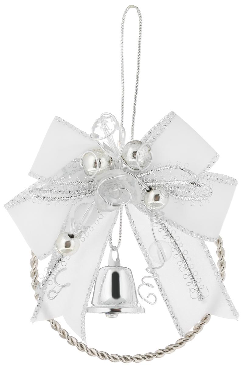 Украшение новогоднее подвесное Magic Time Колокольчик, цвет: белый, серебристый, диаметр 7,6 см39433Новогоднее подвесное украшение Magic Time Колокольчик изготовлено из высококачественного металла и полиэстера. Изделие выполнено в виде металлического кольца и украшено бантом, бусинами и колокольчиком. С помощью текстильной петельки его можно повесить в любом понравившемся вам месте. Но, конечно, удачнее всего такая игрушка будет смотреться на праздничной елке. Создайте в своем доме атмосферу веселья и радости, украшая новогоднюю елку нарядными игрушками, которые будут из года в год накапливать теплоту воспоминаний. Диаметр украшения: 7,6 см.