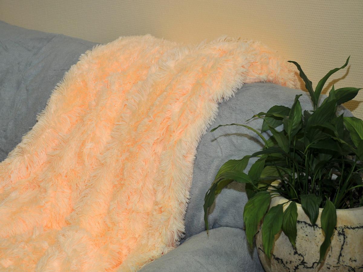 Покрывало Cleo Конфетти, цвет: светло-персиковый, 220 x 240 см6113MПокрывало Cleo из искусственного меха порадует вас своим дизайном и качеством исполнения. Покрывала из искусственного меха (акрил) универсальны в использовании: их можно положить на кровать для украшения интерьера, использовать вместо одеяла или пледа, как накидку на кресло или диван, оно также может заменить на полу шкуру животного. Современные технологии позволяют делать ворс разной длины, фактуры и цвета, что делает коллекцию реалистичной визуально и тактильно. Такие меховые покрывала обладают рядом преимуществ: они износостойкие, не теряют форму, не выгорают и не садятся при стирке, стираются легко, сохнут быстро. Акрил является синтетическим материалом, в нем не живут микроорганизмы, поэтому он гипоаллергенный. Оригинальное меховое покрывало стильно дополнит интерьер спальни и сохранит безупречный внешний вид на долгие годы. Покрывала Cleo - это экологичность и стиль.