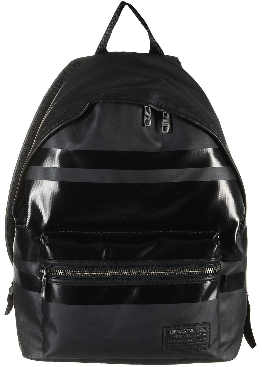 Рюкзак мужской Diesel, цвет: черный. X04223-P1105/T8013X04223-P1105/T8013Рюкзак Diesel выполнен из высококачественной искусственной кожи и оформлен оригинальной фирменной нашивкой. На лицевой стороне расположен накладной карман на молнии. Спинка дополнена покрытием из мягкого сетчатого текстиля. Рюкзак оснащен двумя удобными лямками, длина которых регулируется с помощью пряжек. Изделие закрывается с помощью удобной застежки-молнии. Внутри расположено главное вместительное отделение, которое содержит два накладных кармана, один из которых закрывается на липучку и один вшитый карман на молнии для мелочей. Также внутри расположено отделение для ноутбука, закрывающееся хлястиком на застежку-липучку.