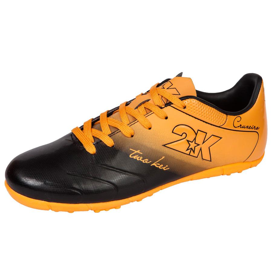 Бутсы футбольные 2K Sport Cruzeiro, цвет: черный, оранжевый. 125523. Размер 44125523-black-orangeЯркие футбольные бутсы 2K Sport Cruzeiro, выполненные из микрофибры в современном стиле, подойдут для натуральных и искусственных покрытий. Облегченная, износостойкая подошва, конфигурация которой приближена к форме стопы, способствует комфорту и хорошей чувствительности при игре. Бесшовная конструкция верха. Бутсы оснащены пластиковой усилительной вставкой (супинатором). Эргономичная стелька. 2 пары шнурков разного цвета в комплекте.